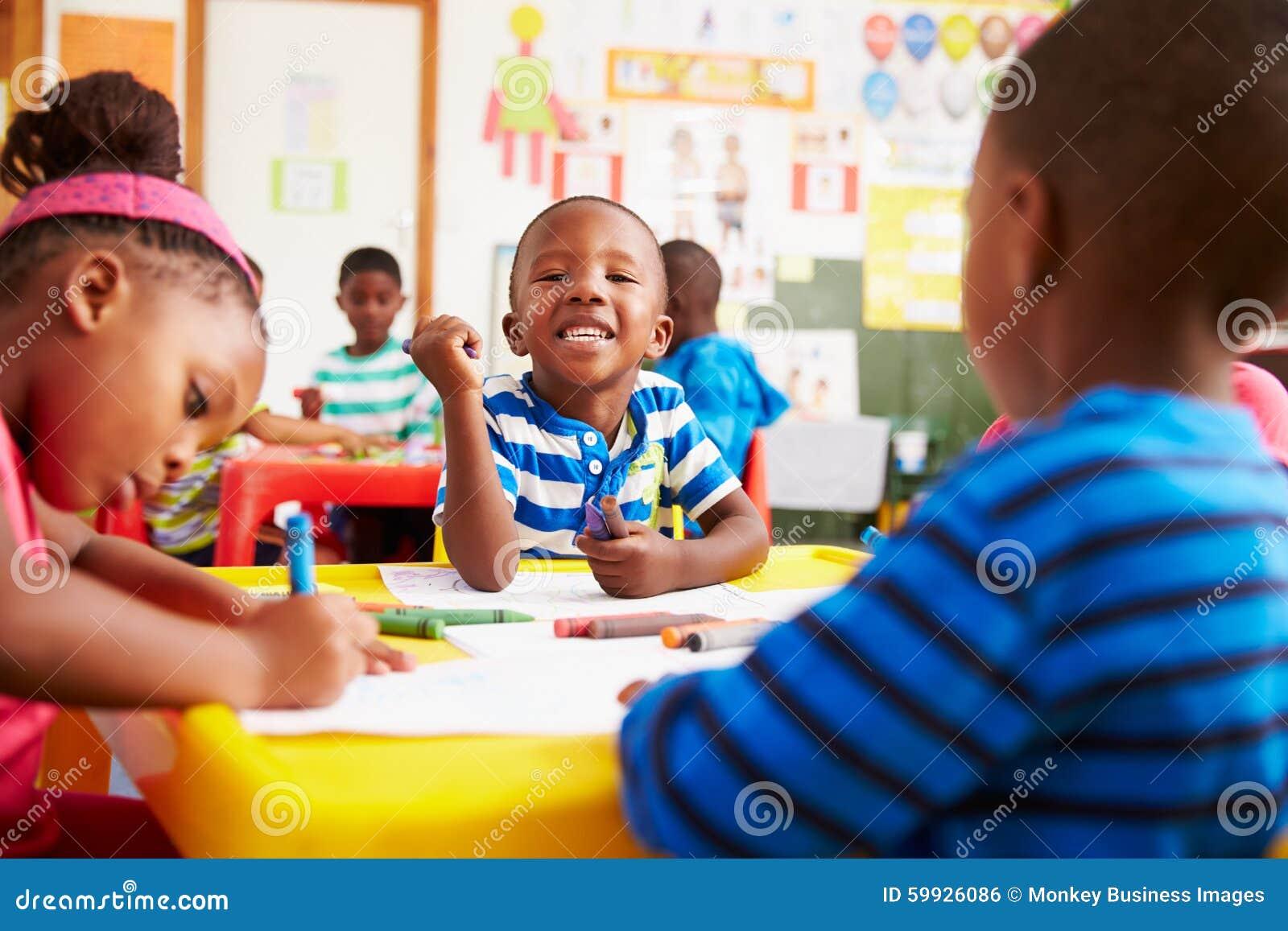 Classe préscolaire en Afrique du Sud, garçon regardant à l appareil-photo