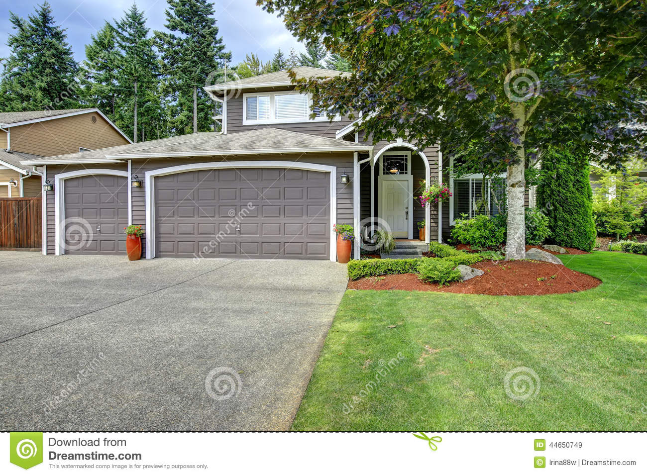 Classic american house with two car garage and driveway for Classic american house