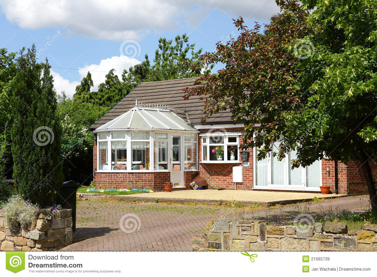 Classic house with garden royalty free stock images for Classic house landscape