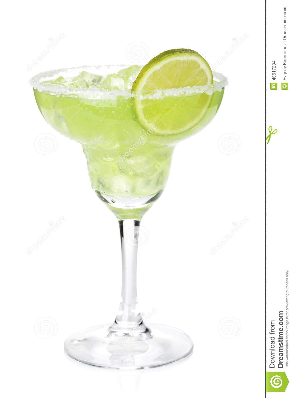 Classic margarita cocktail with lime slice and salty rim for Cocktail margarita
