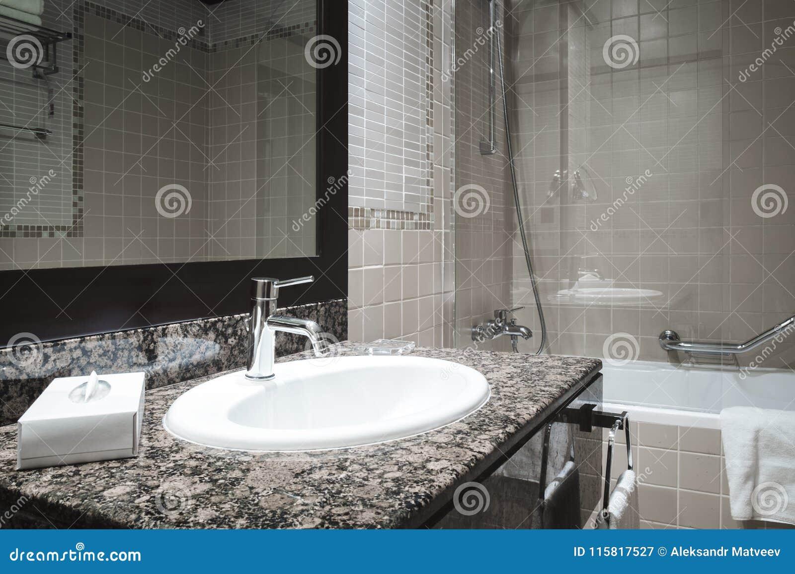 Classique De Luxe De Salle De Bains Avec Le Robinet Moderne De Style