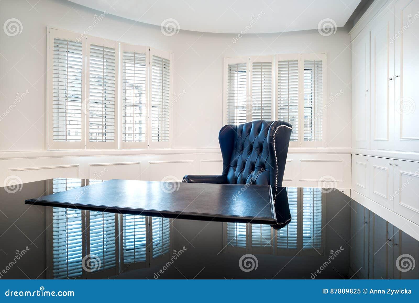 Classique intérieur de luxe de bureau dans la conception moderne