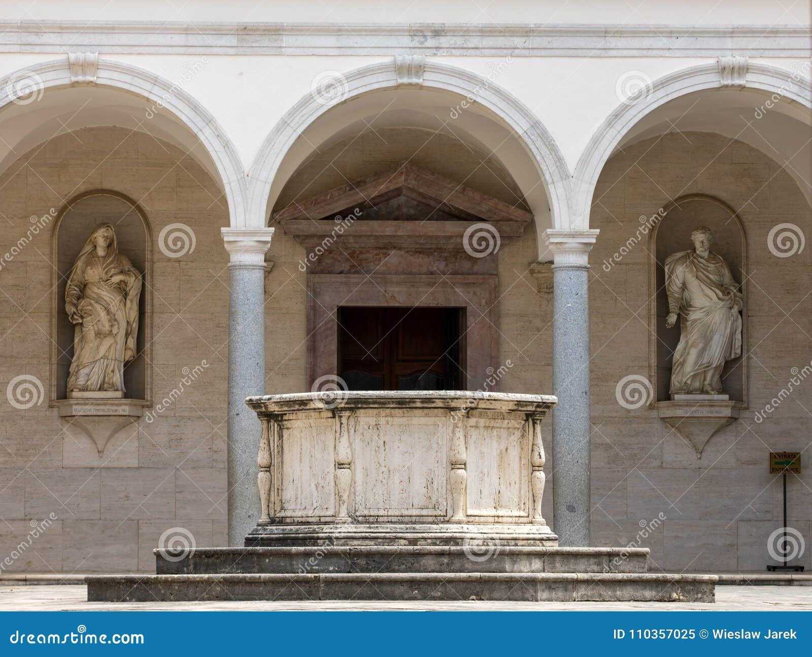 Claustro da abadia do licor beneditino de Monte Cassino Italy