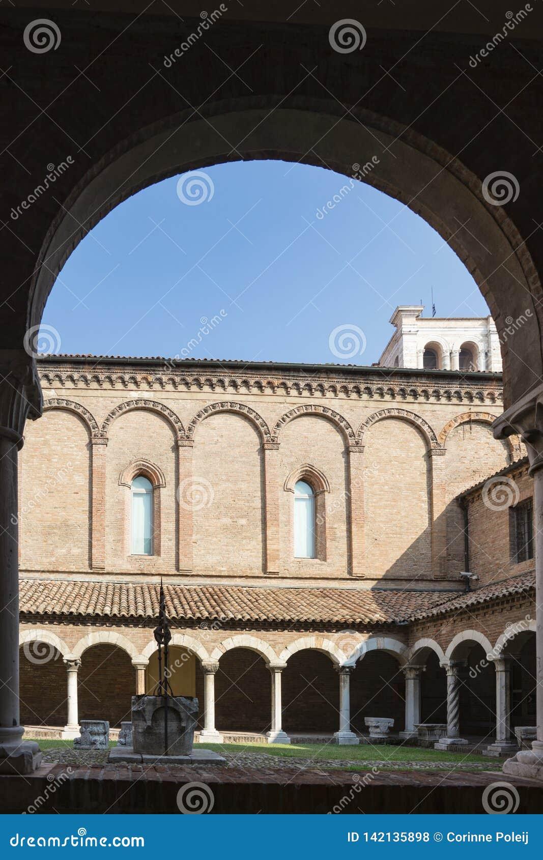 Claustro do romano de San no museu da catedral de Ferrara, Itália