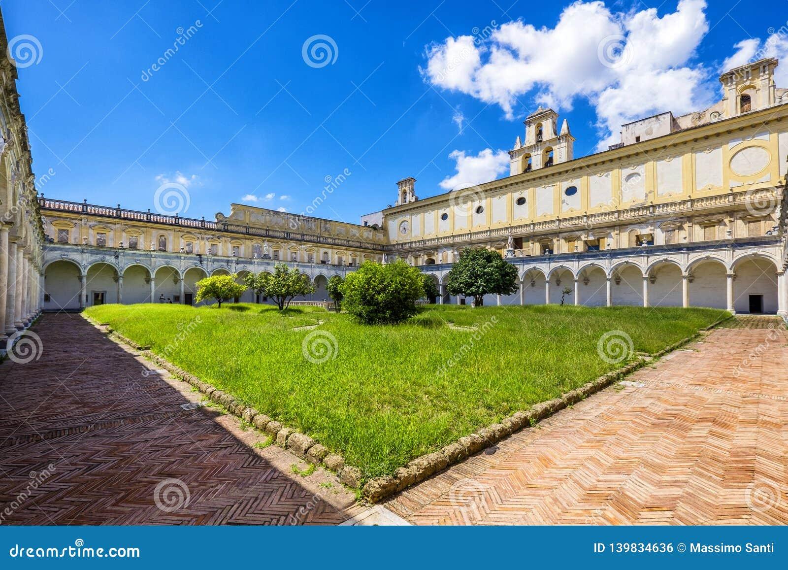 Claustro e jardins bonitos de San Martino Certosa di San Martino ou chartreuse de Saint Martin na primavera, Nápoles, Itália