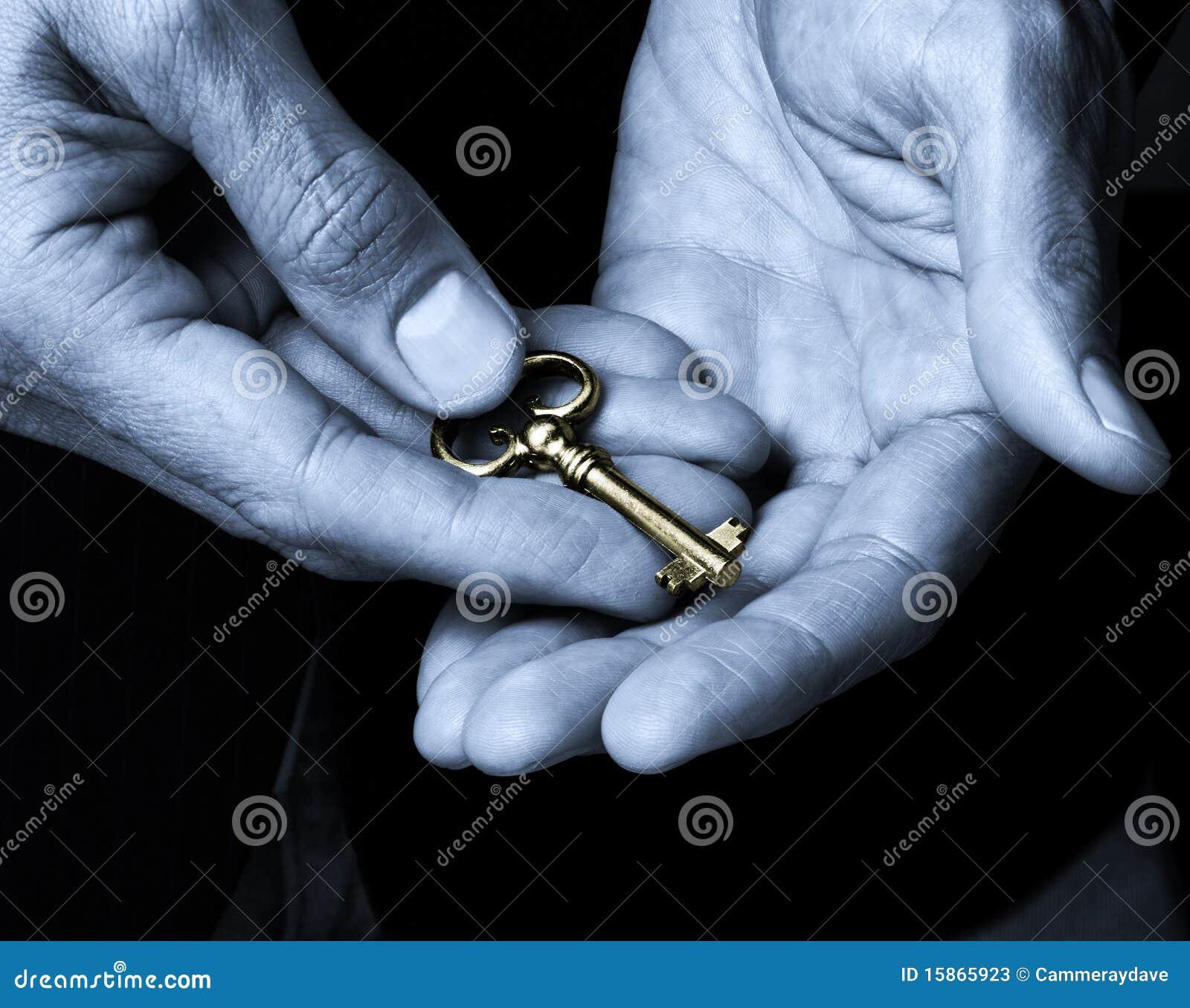 Clave del oro en manos