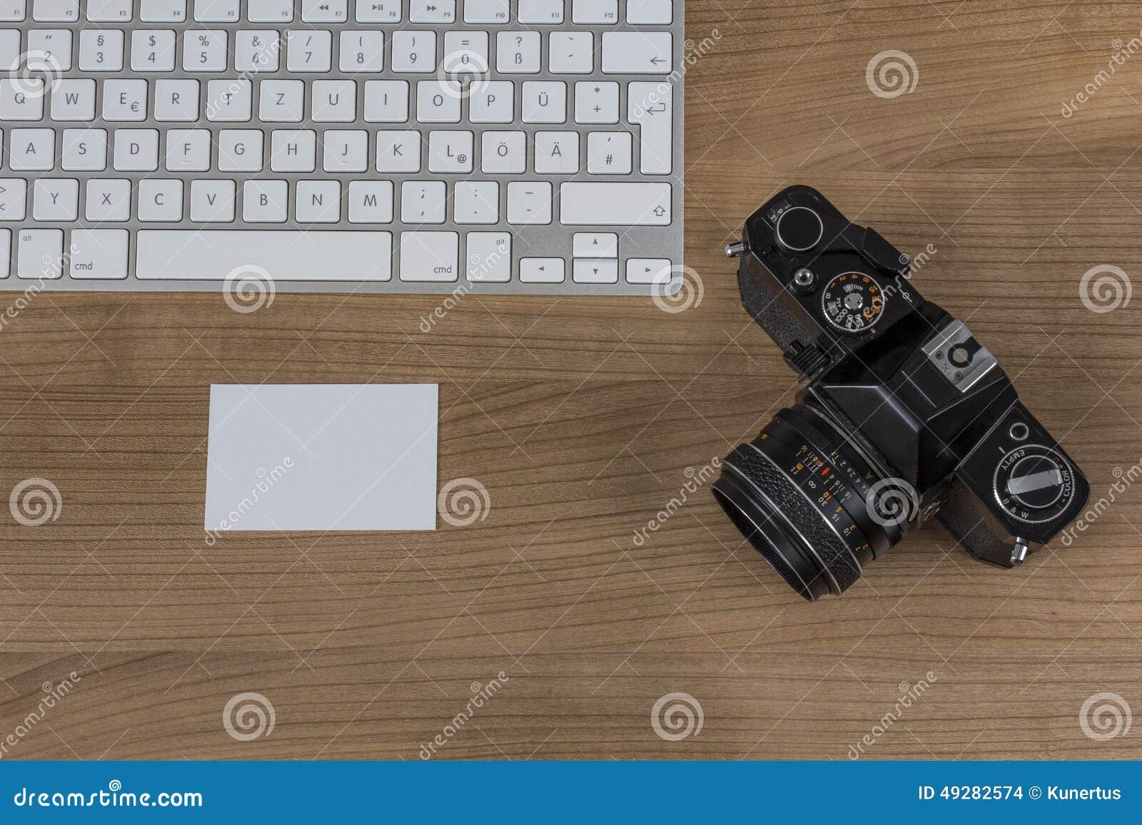 Clavier D Appareil Photo Et Carte De Visite Professionnelle Sur Un Bureau