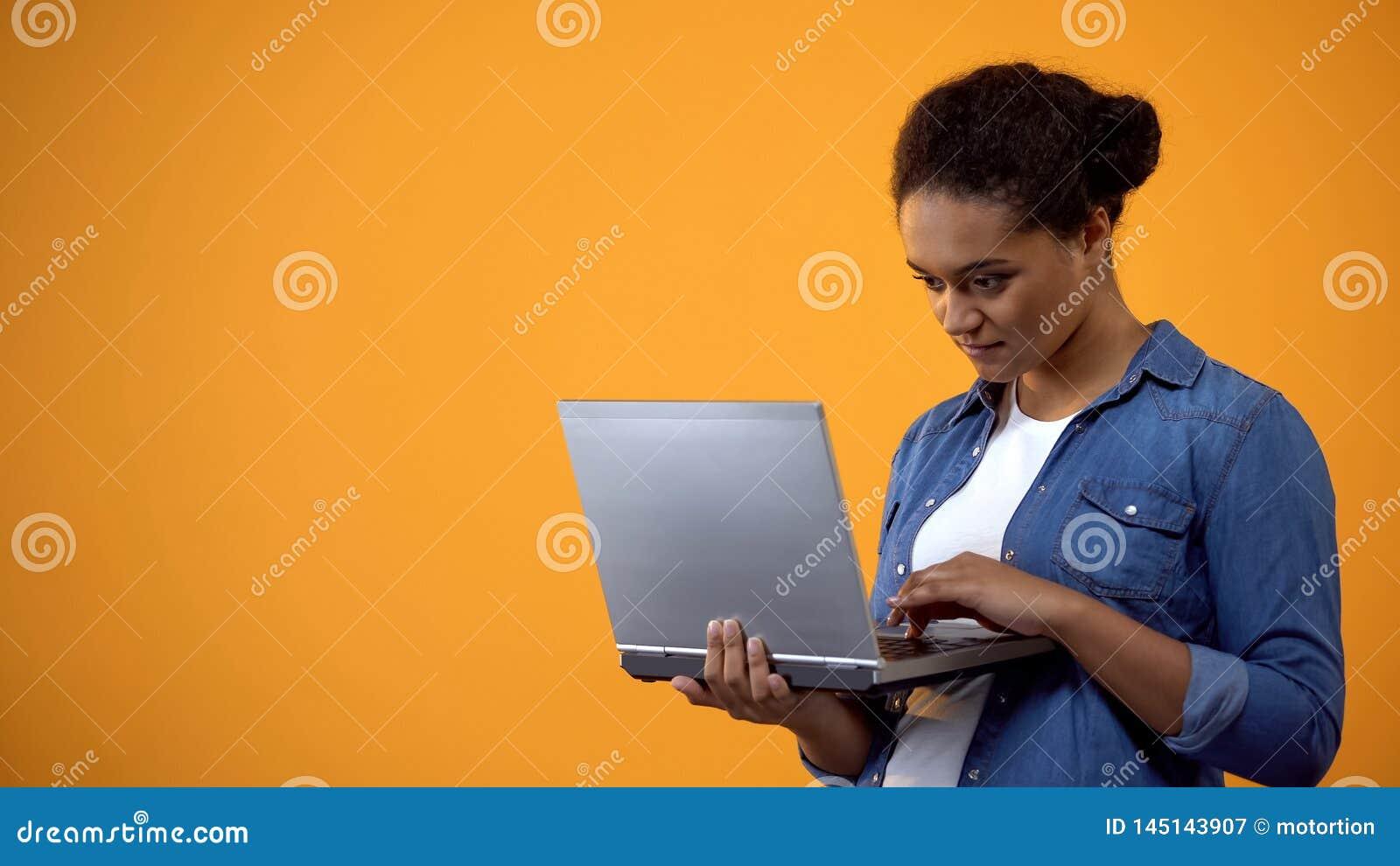 Clavier de dactylographie d ordinateur portable d ind?pendant f?minin sur le fond jaune, courrier de blogger