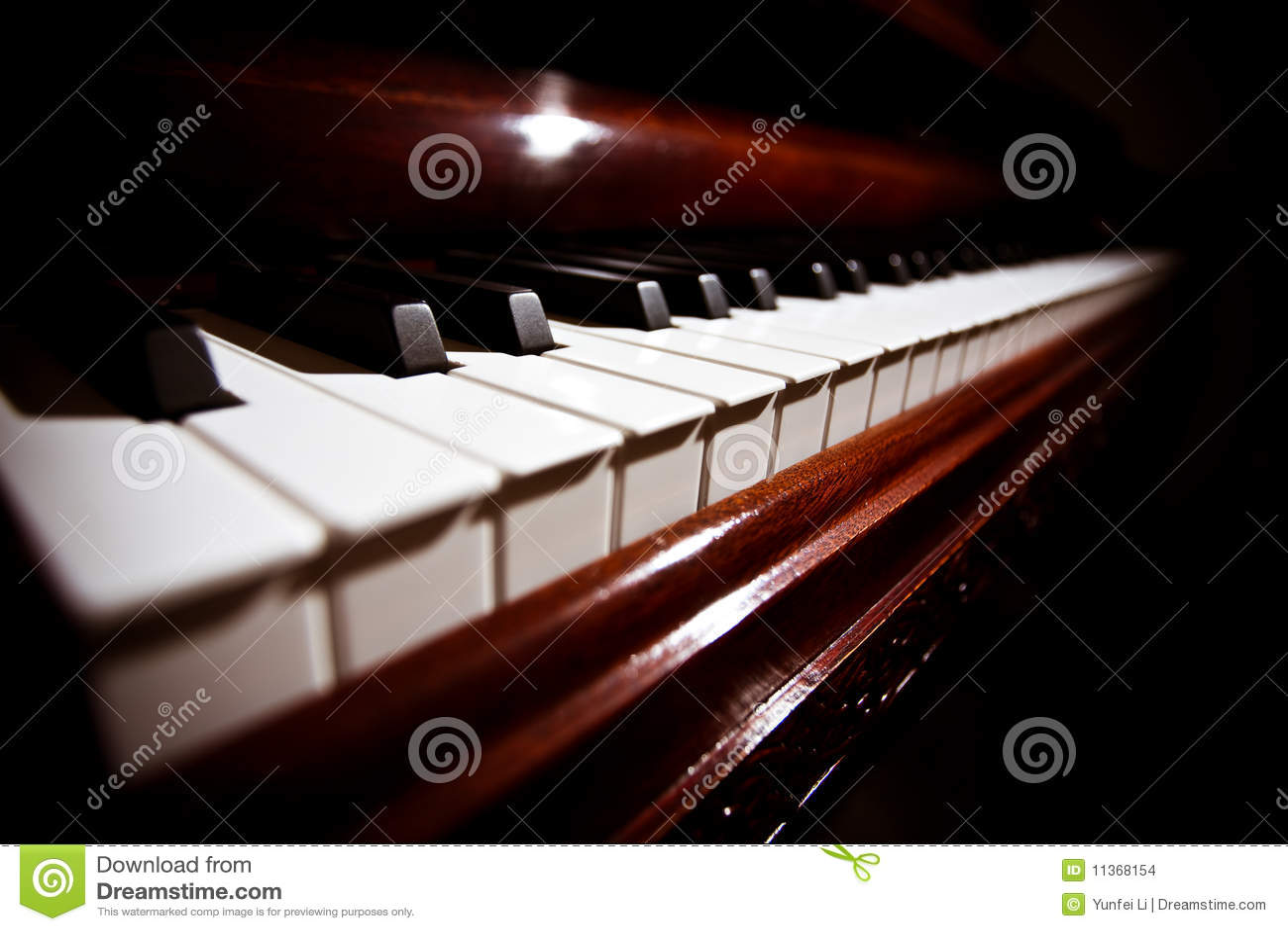 clavier de piano sous l 39 clairage doux images stock. Black Bedroom Furniture Sets. Home Design Ideas