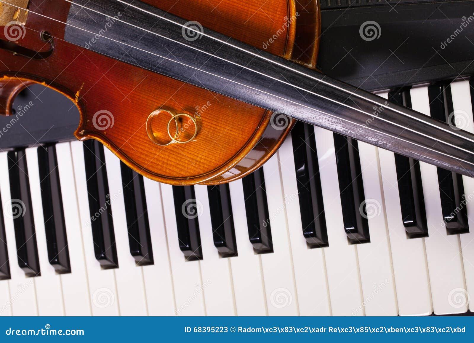 clavier de piano vieux violon et anneaux de mariage image. Black Bedroom Furniture Sets. Home Design Ideas