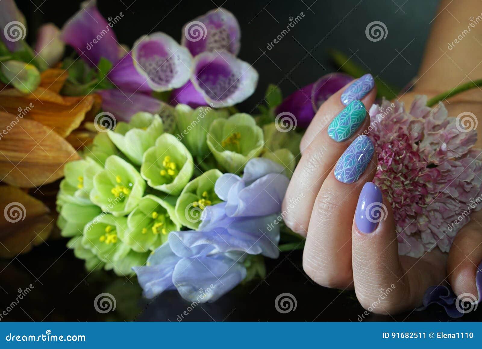 Clavo hermoso Art Manicure con las flores Cuidado del clavo