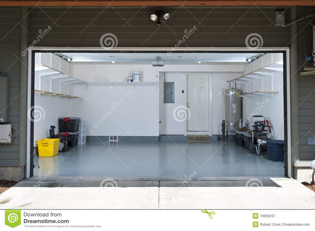 Clean garage stock image image of construction white for Monter porte de garage