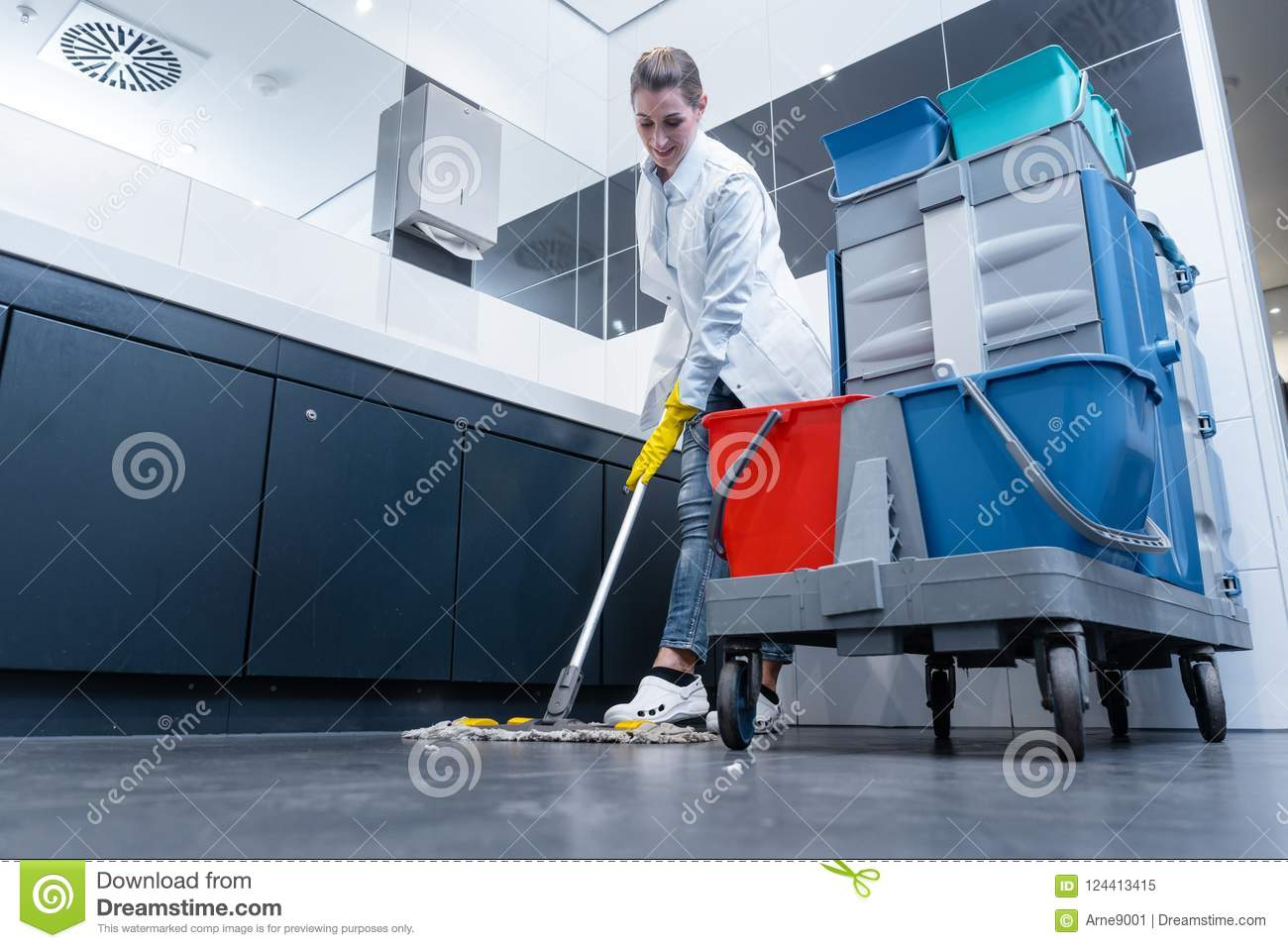 Cleaning dama mopping podłoga w toalecie