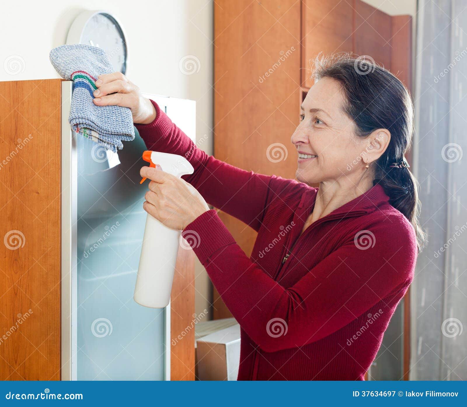 Cleaninig de femme à la maison