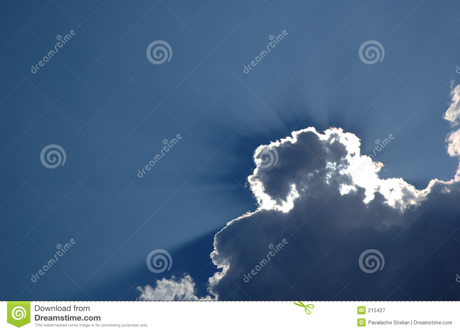 Clearen clouds den trevliga skyen