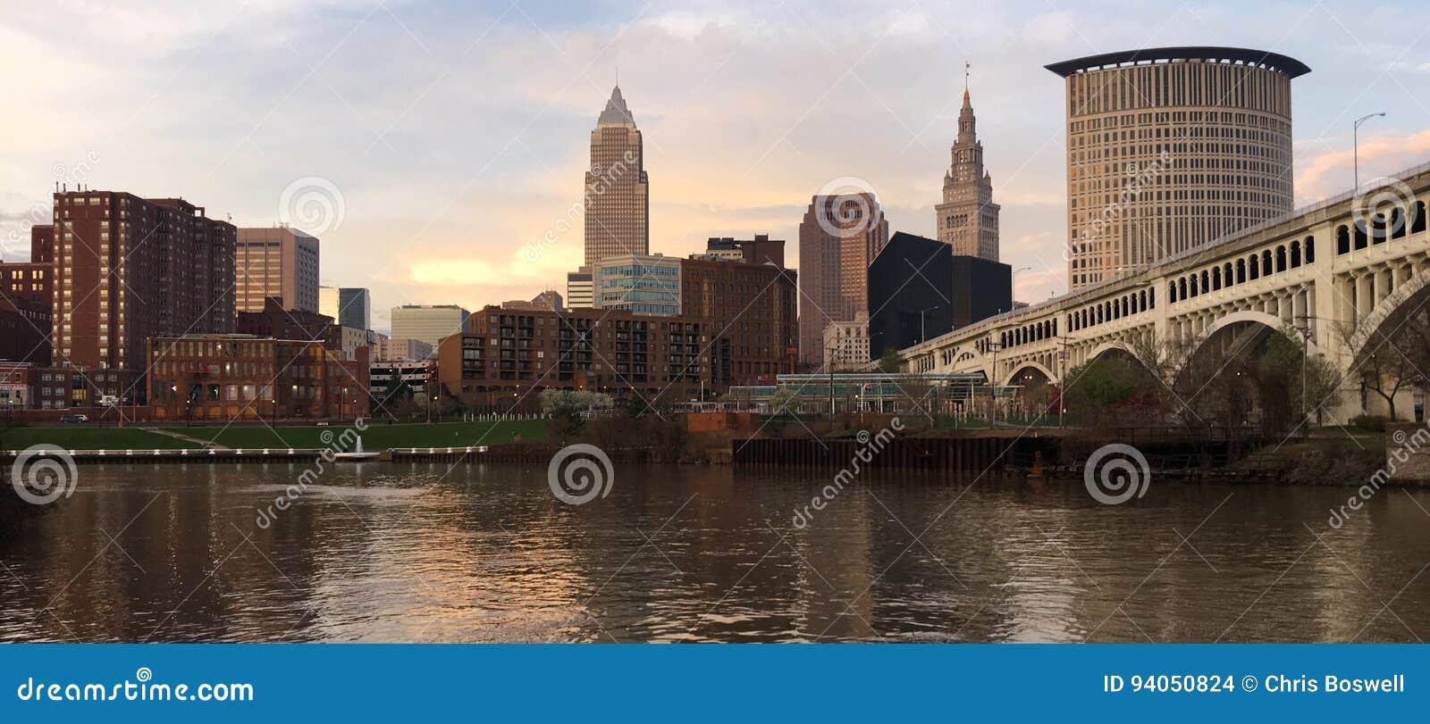 Cleveland Ohio miasta linii horyzontu Cuyahoga W centrum rzeka