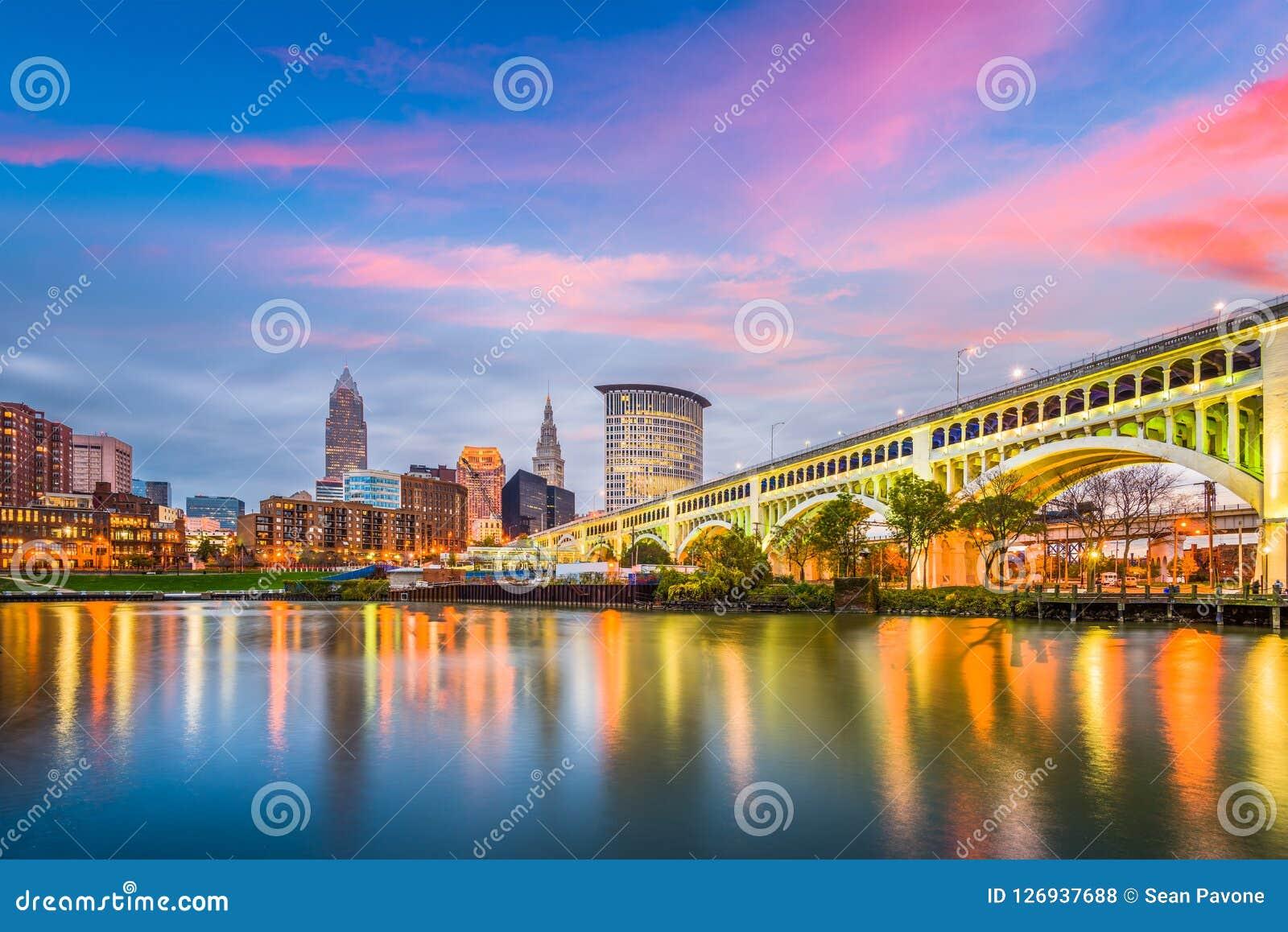 Cleveland, Ohio, usa miasto w centrum linia horyzontu na Cuyahoga rzece