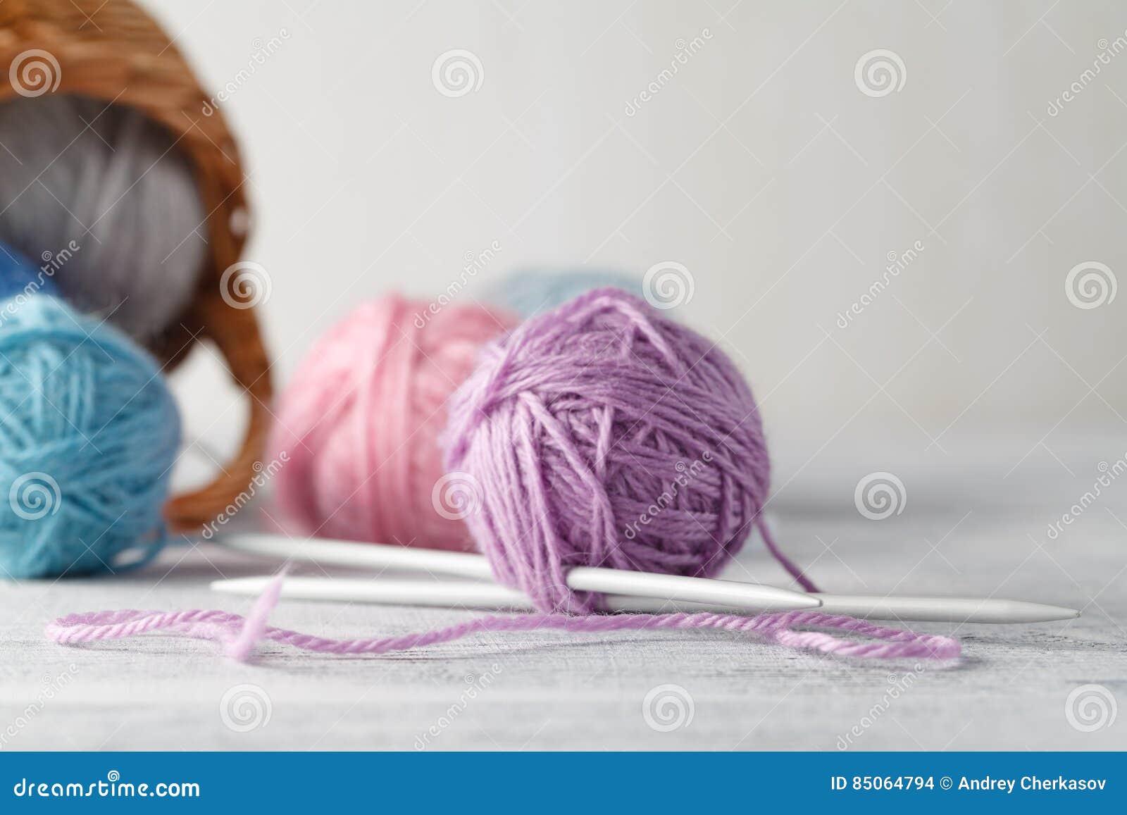 Clew van wol in vrouwenhanden