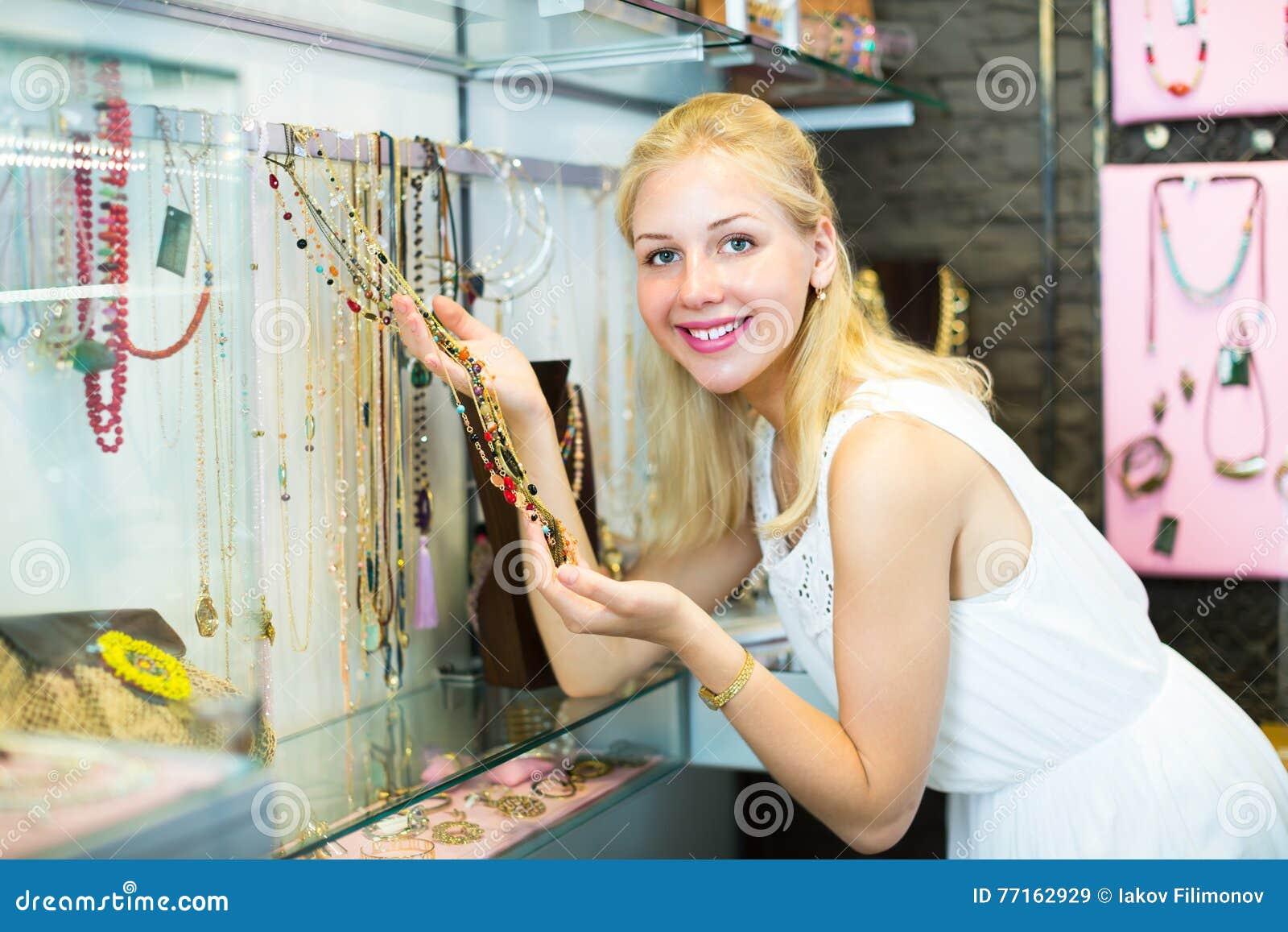 Client de fille choisissant le collier