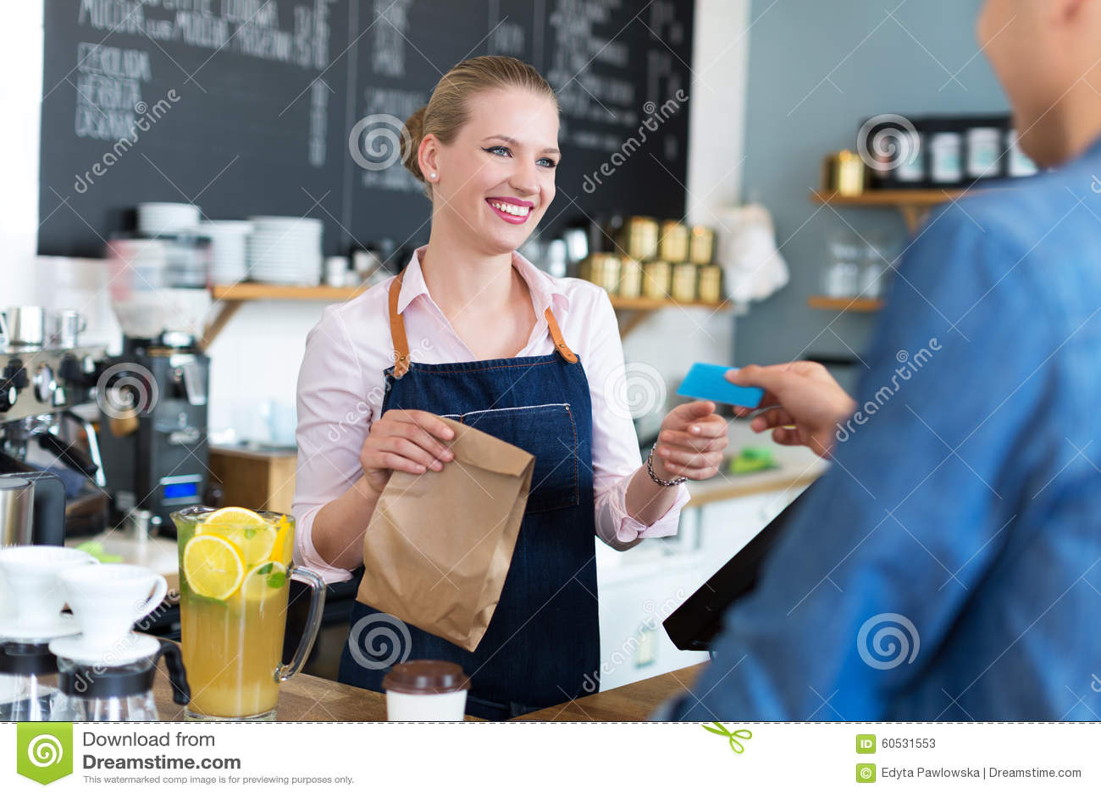 Client de portion de serveuse au café