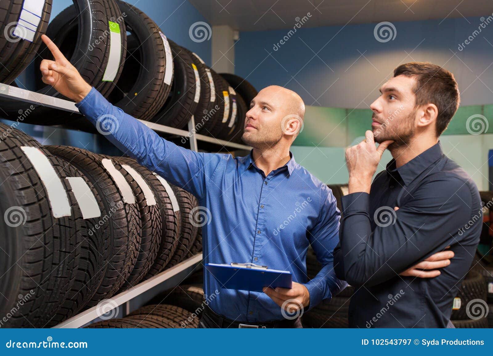 Client et vendeur au service de voiture ou au magasin automatique