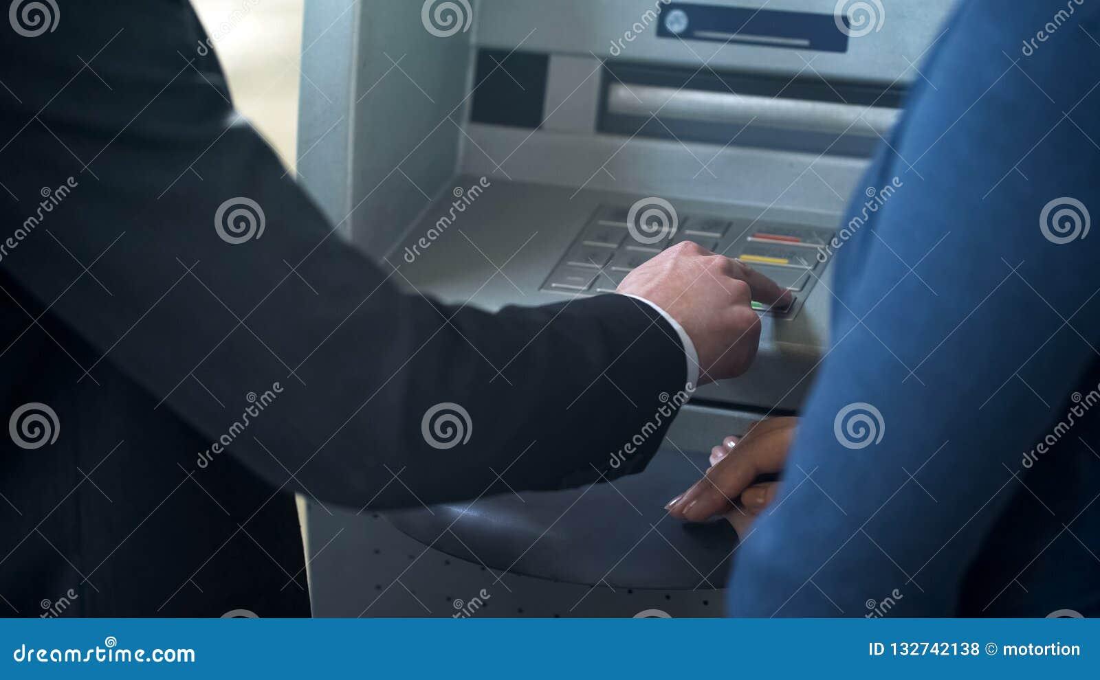 Client Feminin Des Employes De Banque A Nouveau Montrant