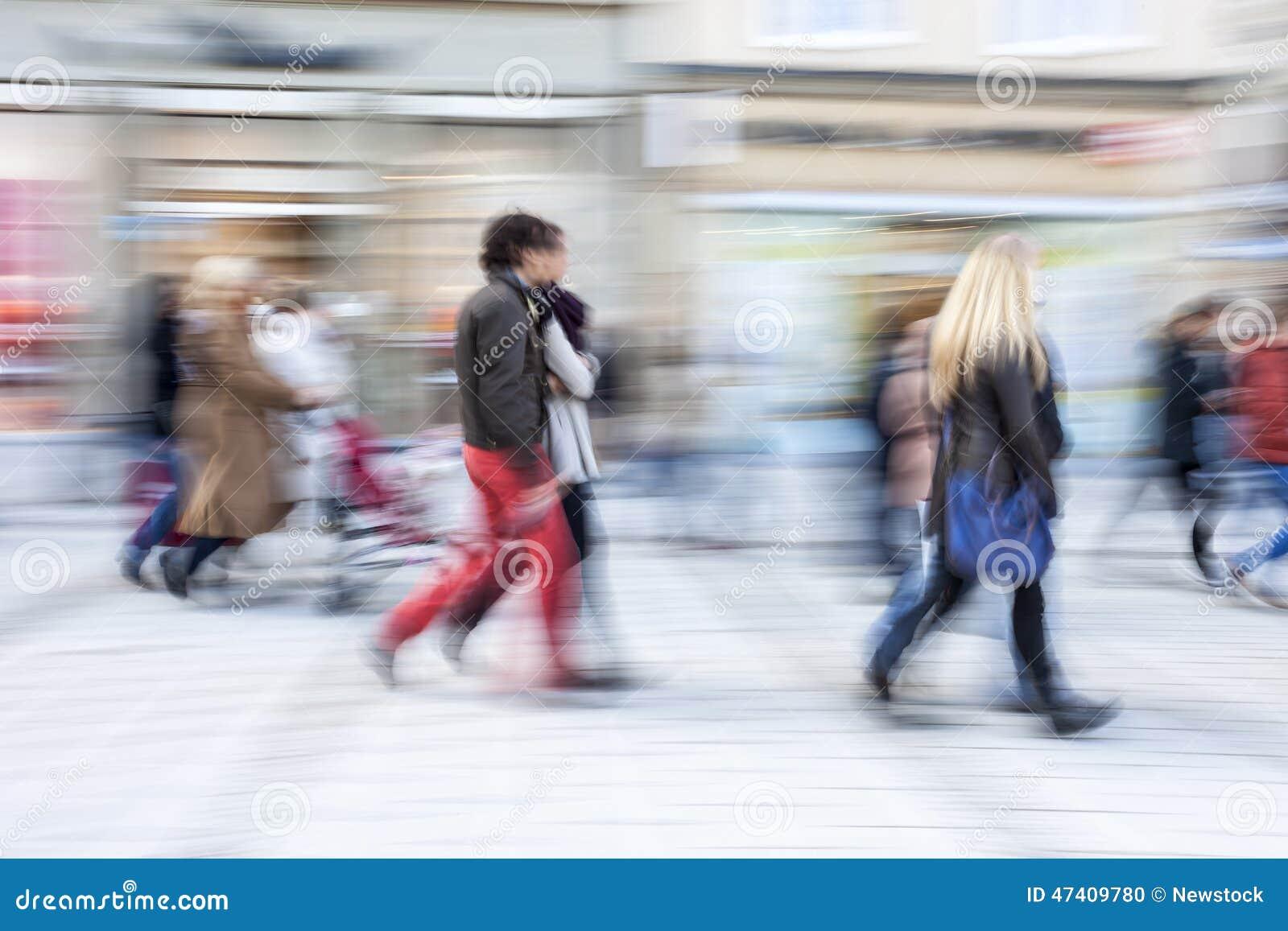 Client marchant devant la fenêtre de boutique