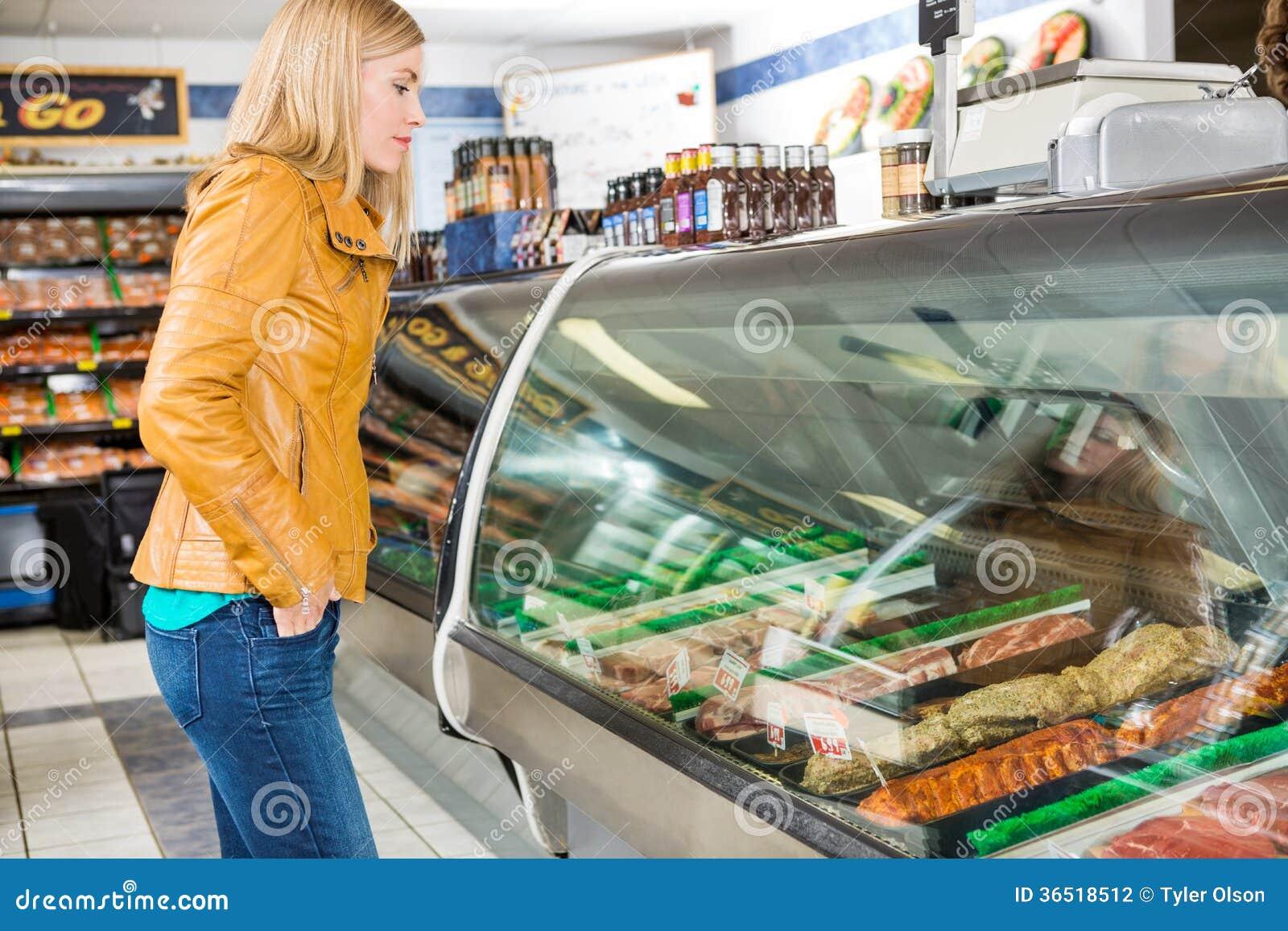 Client sélectionnant la viande à la boucherie