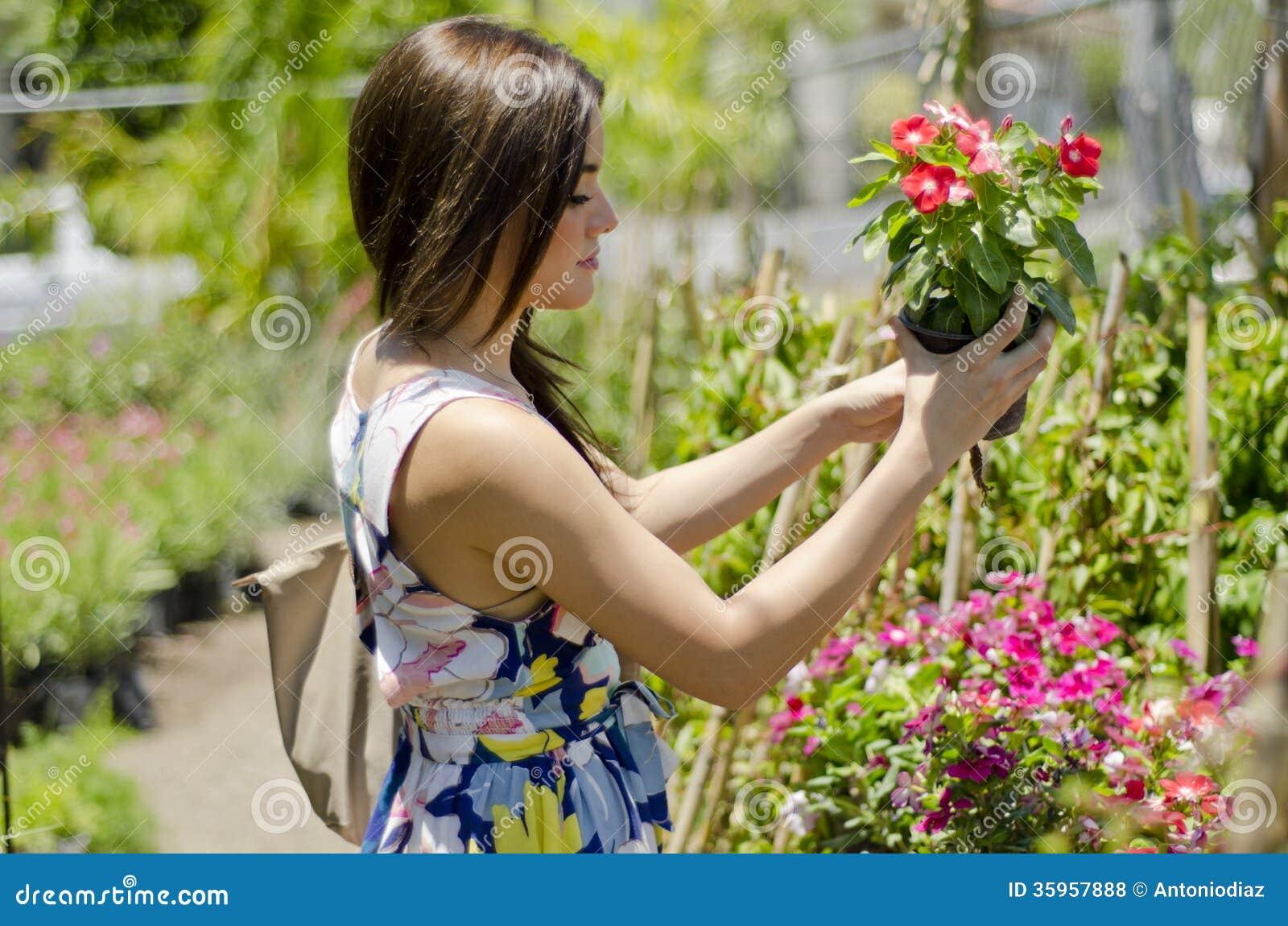 Cliente bonito que compra algumas plantas