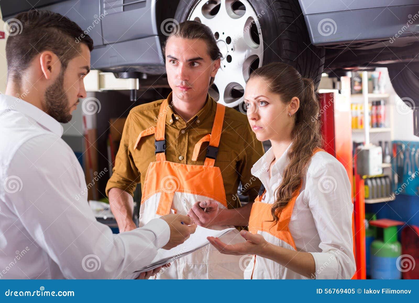 Cliente cansado no auto serviço