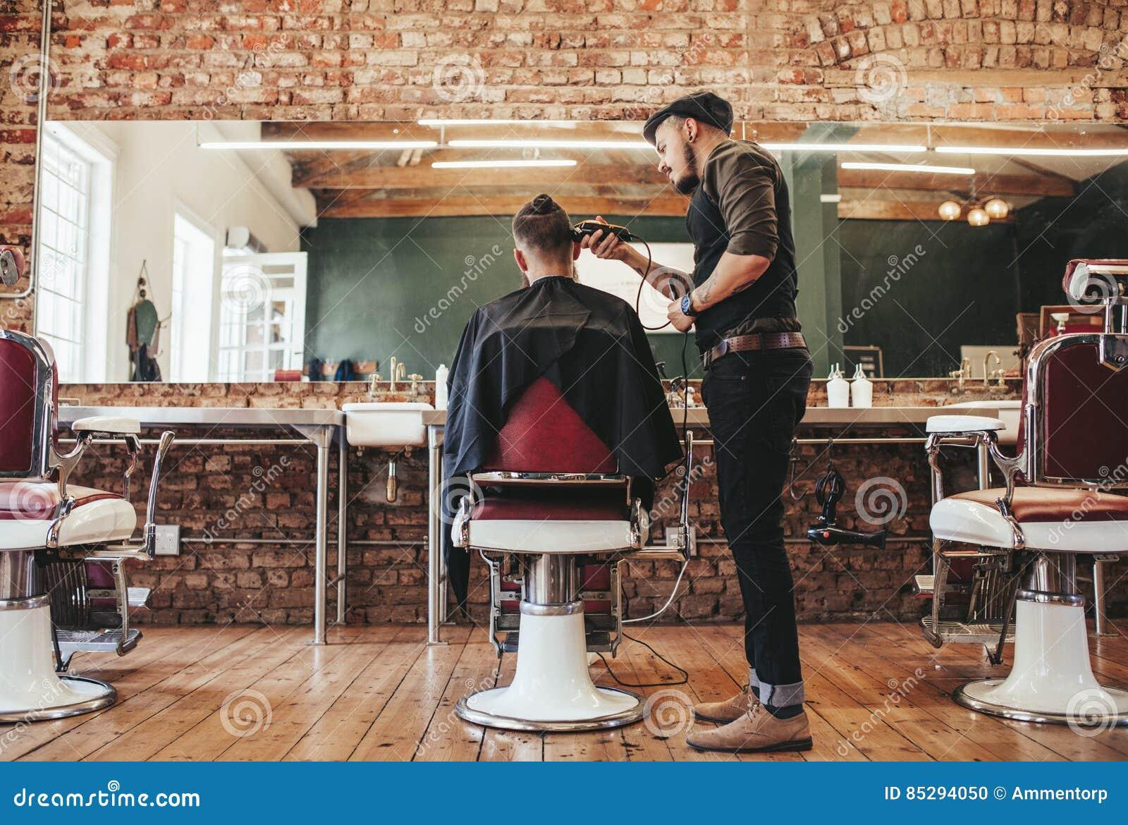 Cliente del servizio del parrucchiere al negozio di barbiere