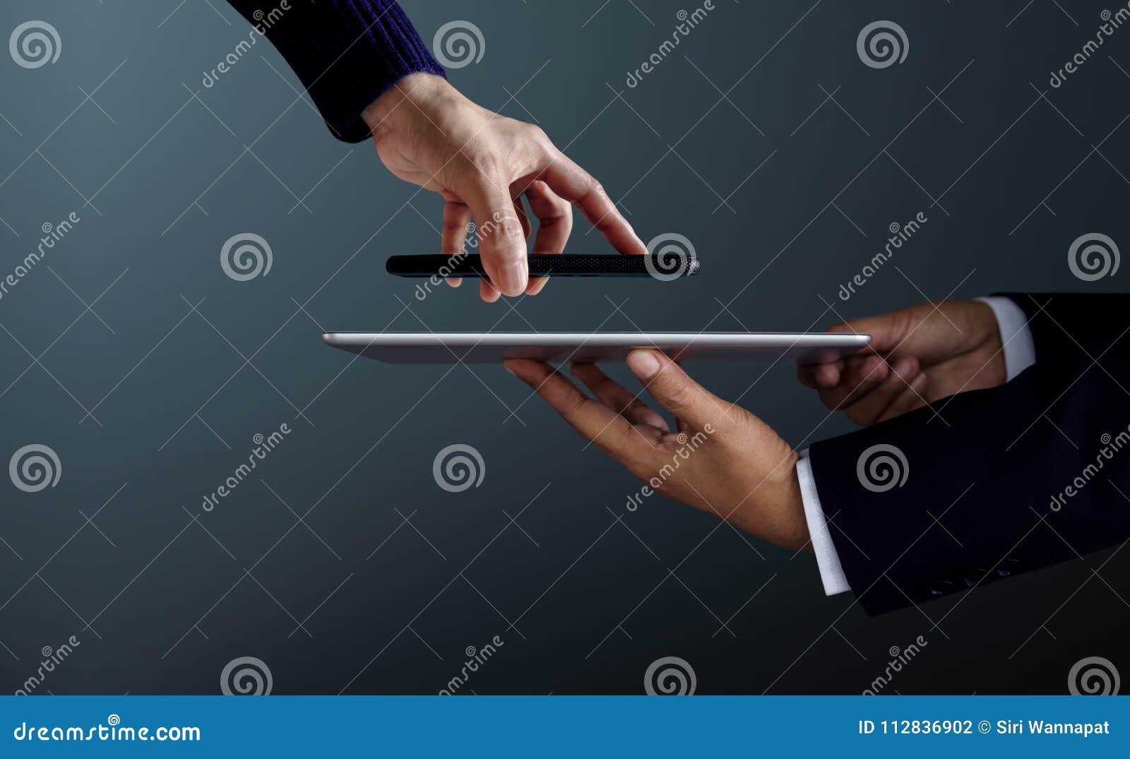 Cliente della donna che usando Smartphone a fare i wi di Transection di pagamento