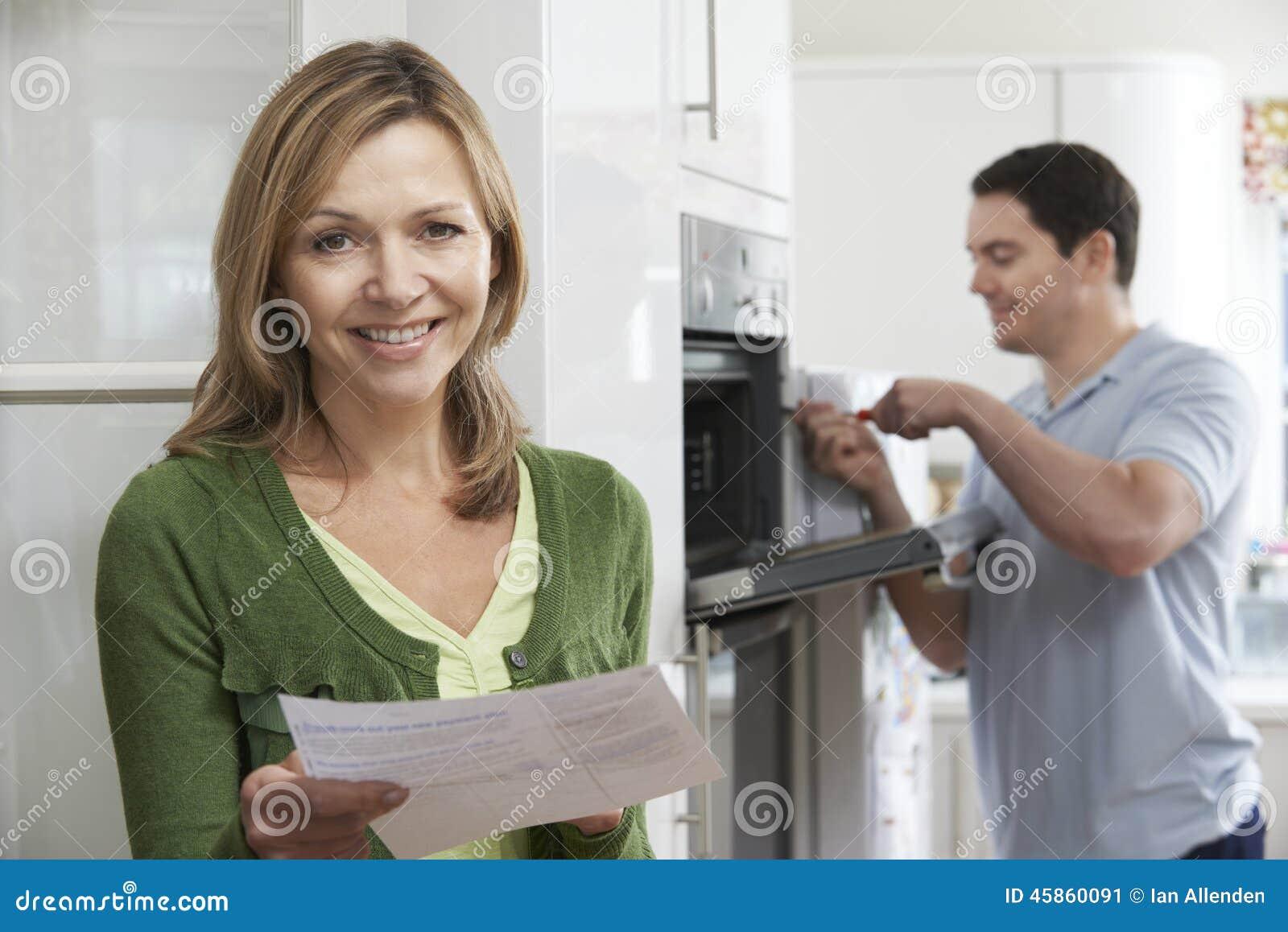 Cliente fêmea satisfeito com Oven Repair Bill