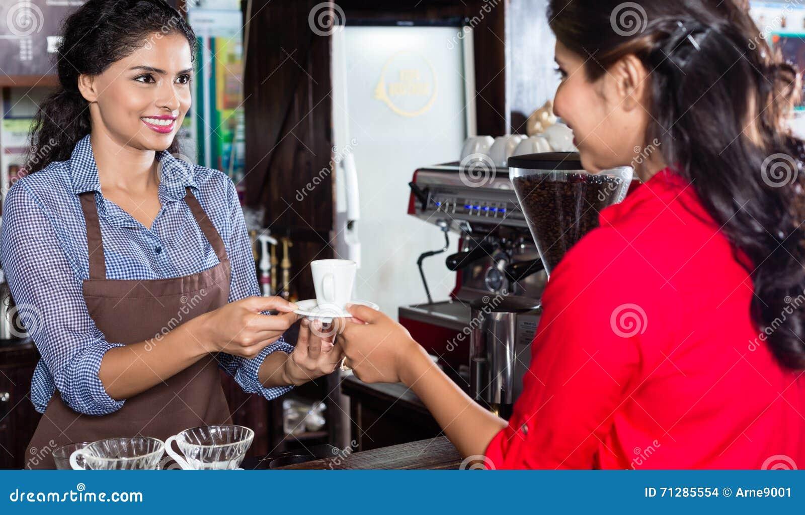 Cliente femenino de la porción del camarero