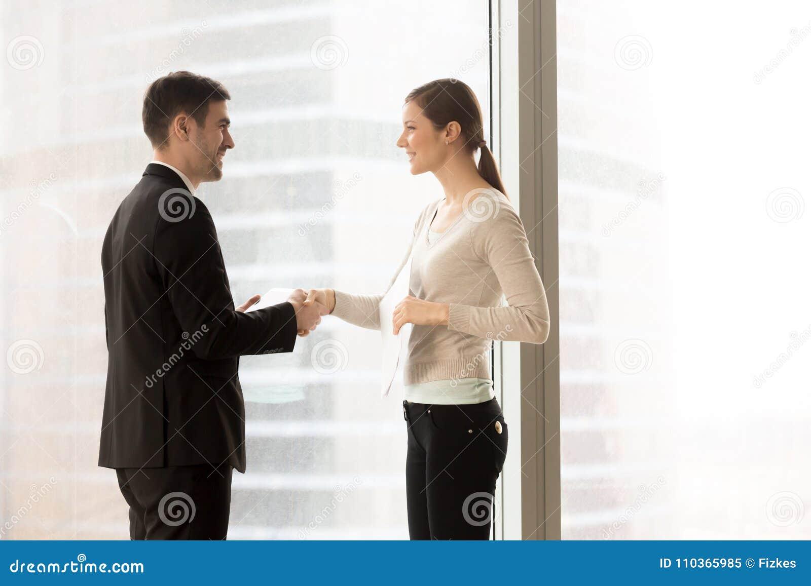 Cliente femminile di riunione del segretario della società in ufficio