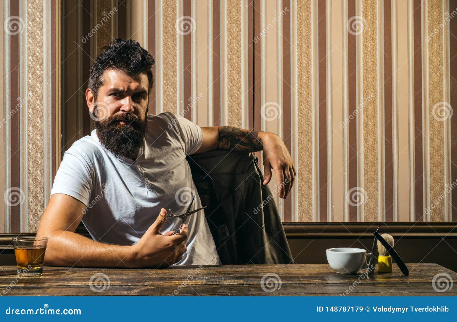 Cliente maschio che ottiene taglio di capelli dal parrucchiere Rasatura d annata del negozio di barbiere Il parrucchiere matrice