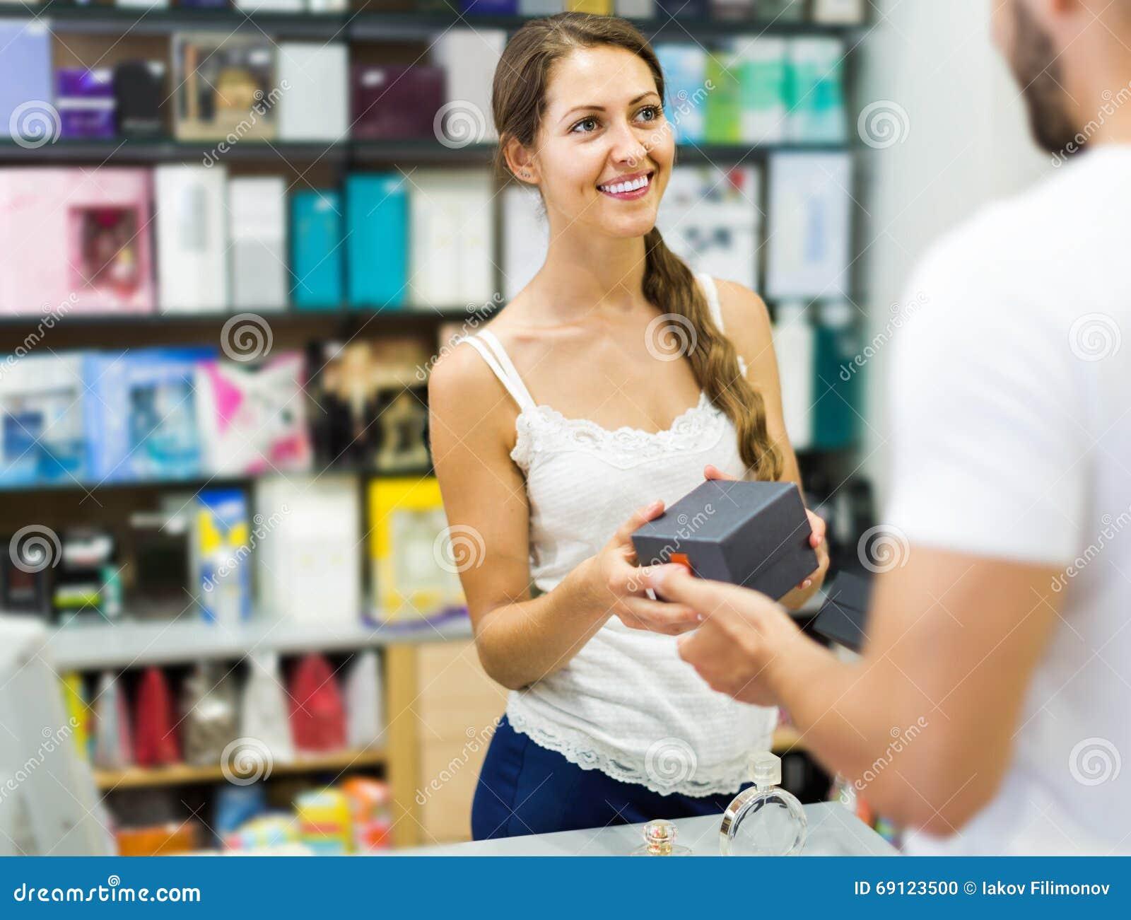 Cliente na loja que paga na mesa da caixa registadora
