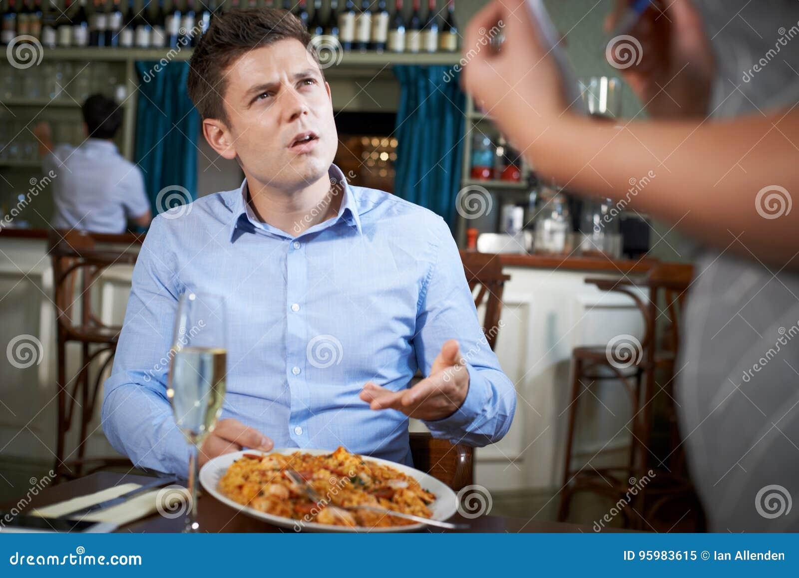 Cliente no restaurante que queixa-se à empregada de mesa About Food