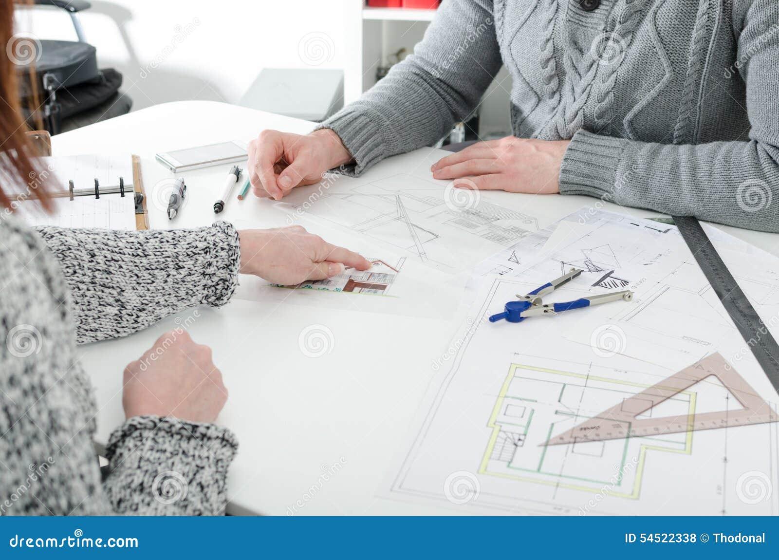 Cliente que muestra un detalle en plan de la casa foto de - Detalles para la casa ...