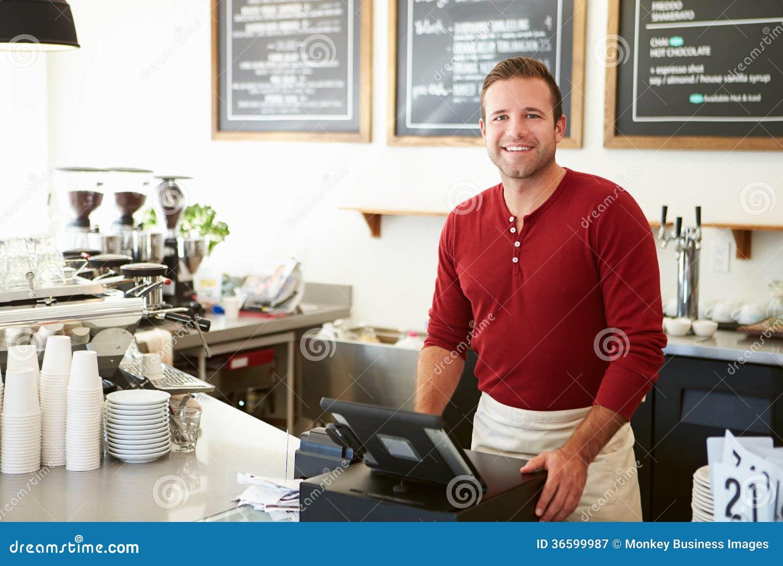 Cliente que paga en cafetería usando pantalla táctil