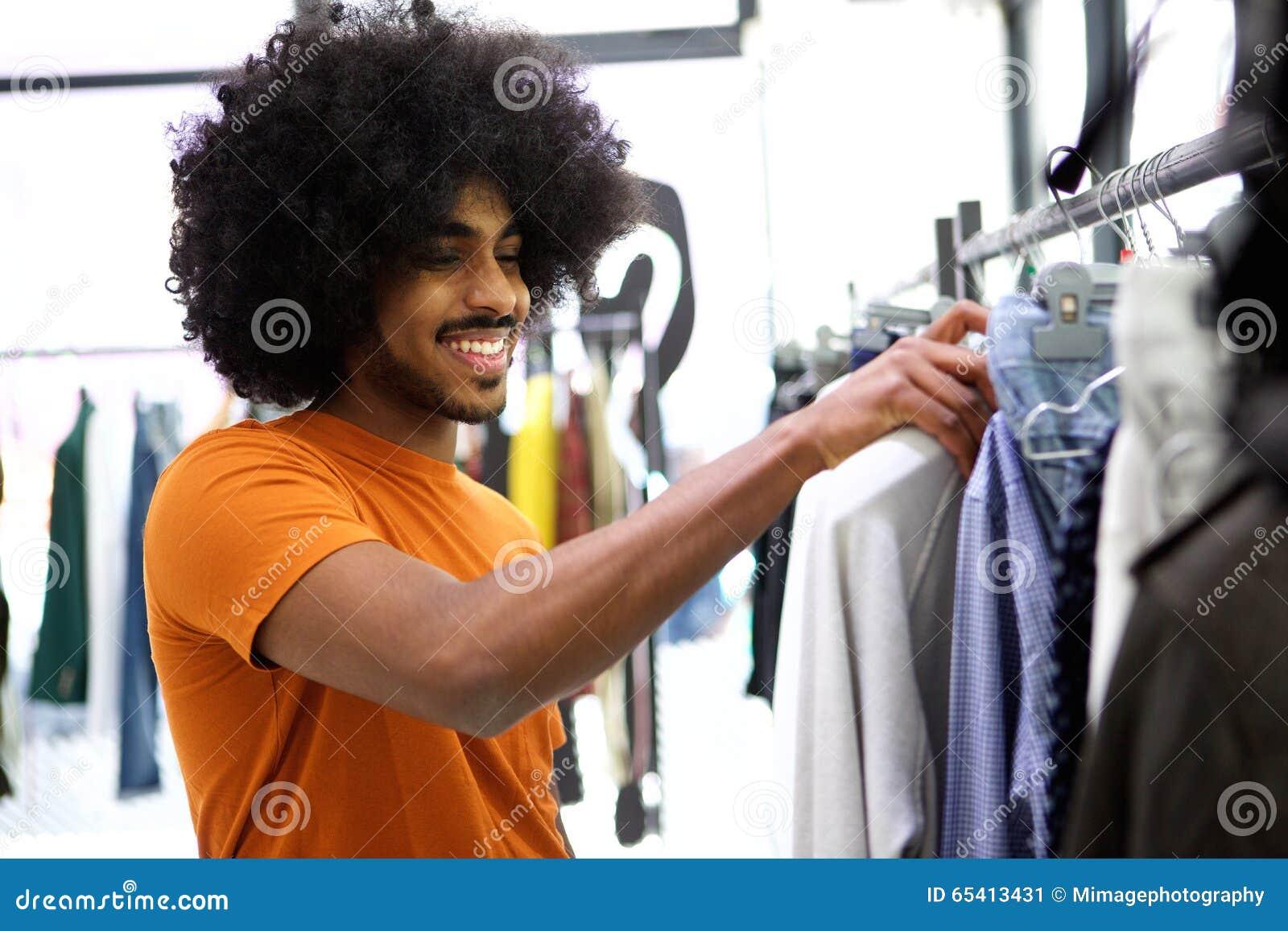 f4863ce2a Cliente Que Procura A Roupa Para Comprar Na Loja Imagem de Stock ...