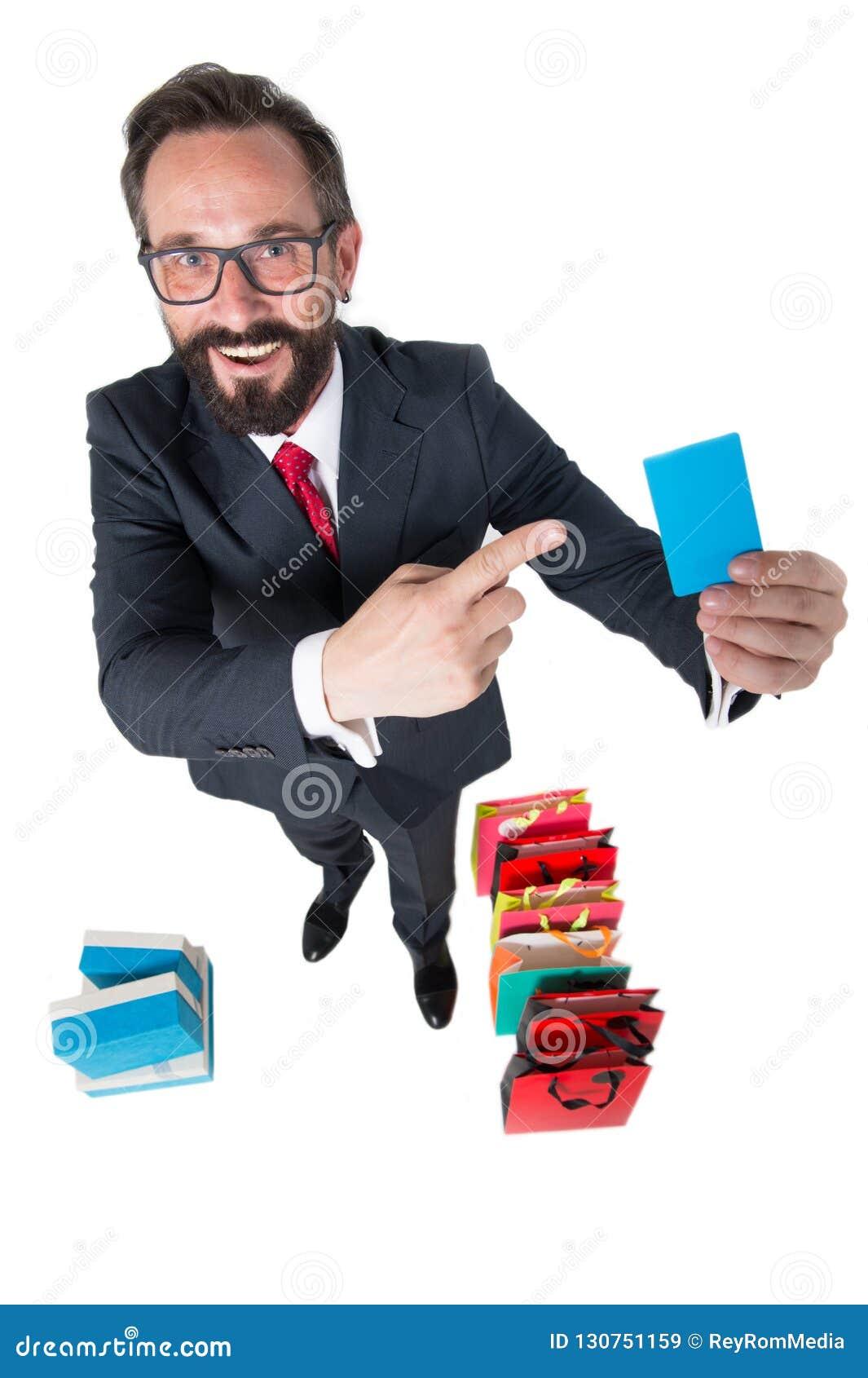 Cliente satisfeito que sorri e que mostra seu cartão do desconto