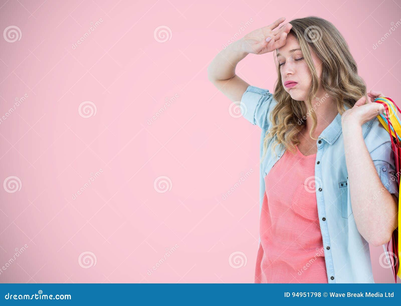 Cliente stanco con le borse contro fondo rosa
