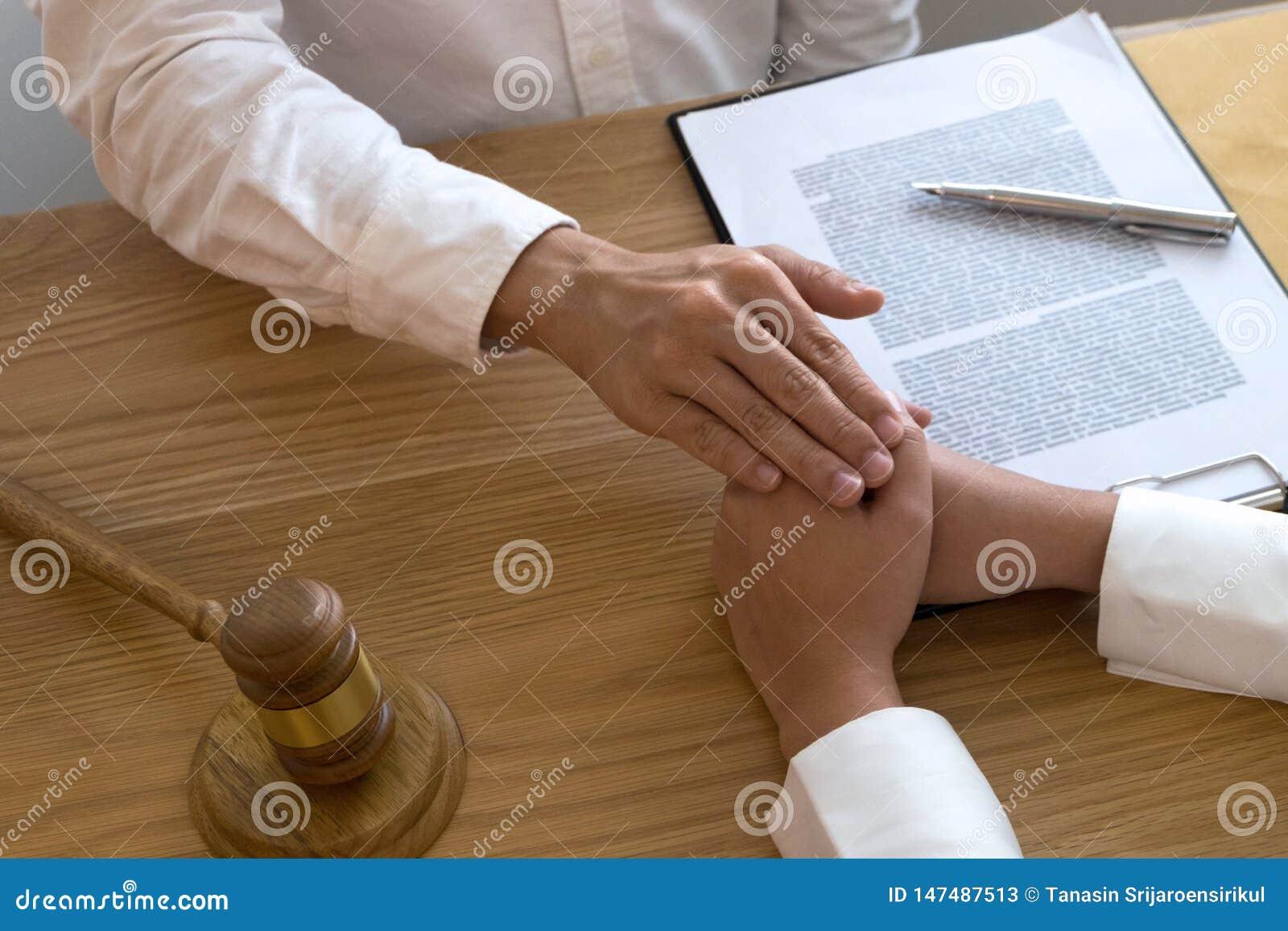 Clientes del tacto y del respecto del abogado para confiar en sociedad Concepto de la promesa de la confianza