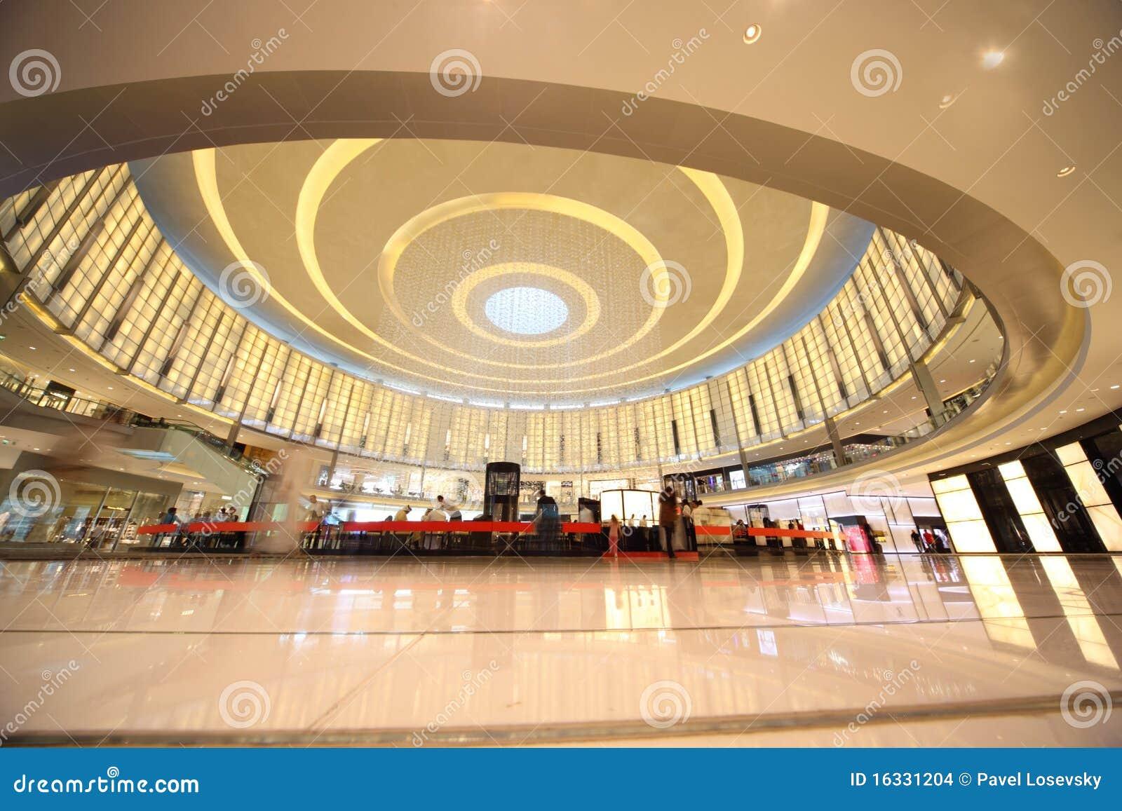 Clientes na alameda de Dubai