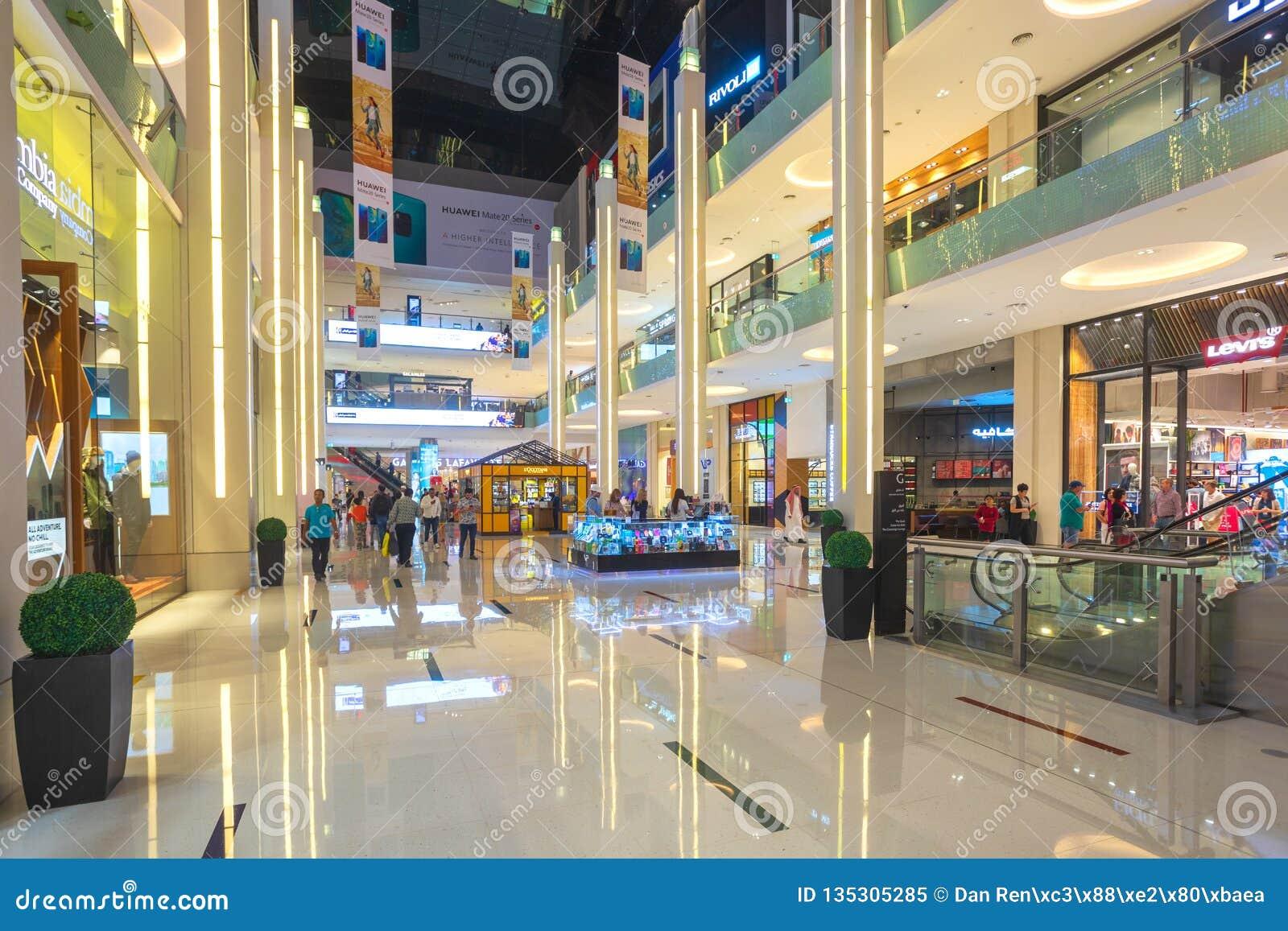 Clientes na alameda de Dubai, o shopping o maior do mundo