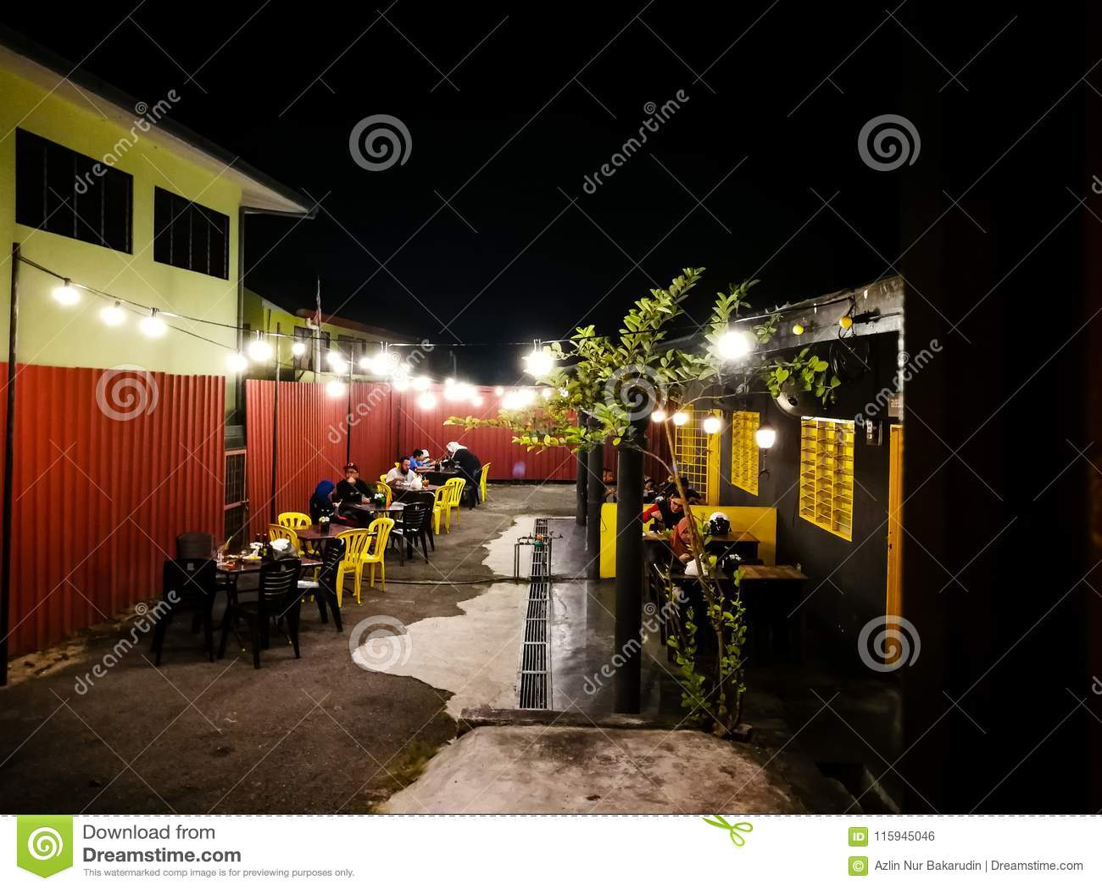 Clientes que cenan en el restaurante del garaje de Mixwell, Sungai Tangkas, Kajang