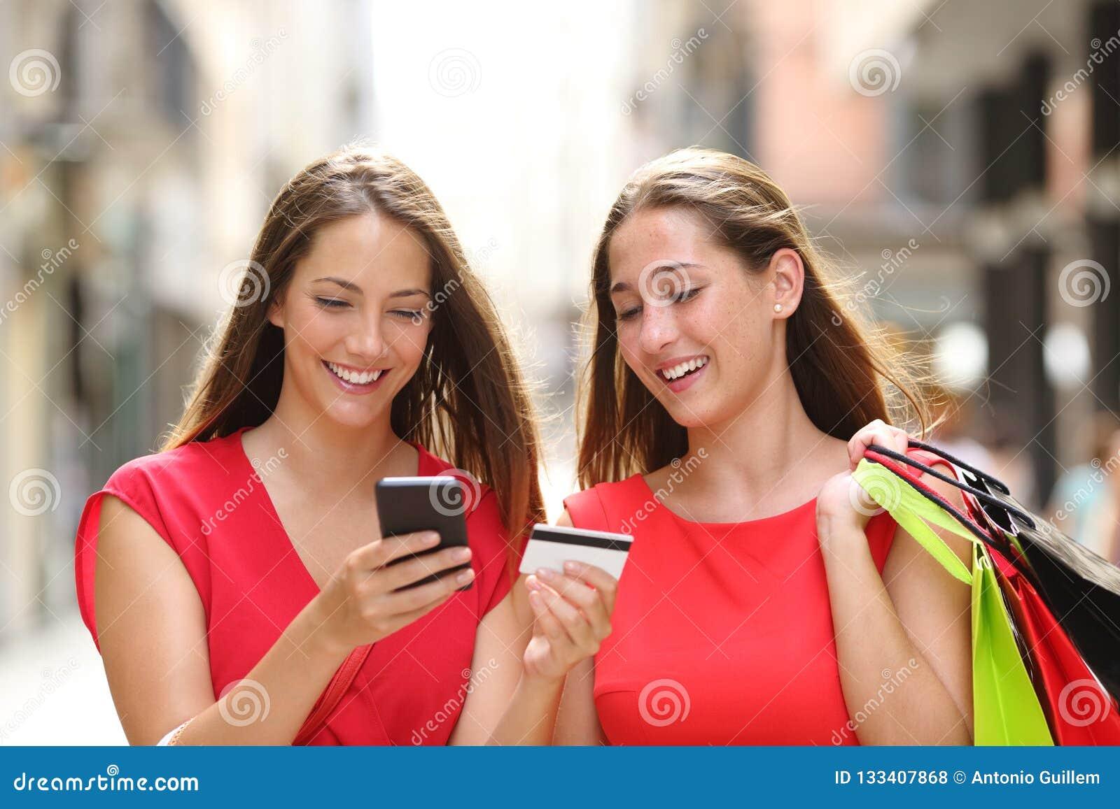 Clientes que compram em linha com cartão e telefone celular de crédito