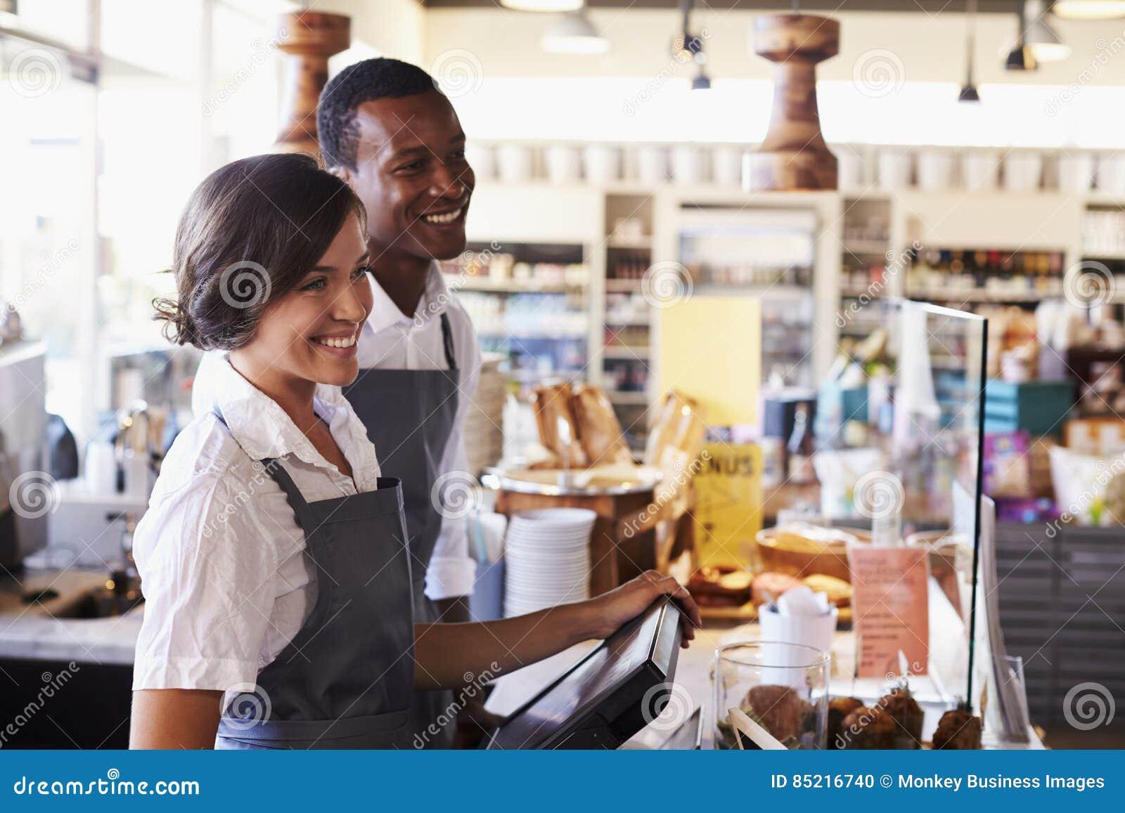 Clienti del servizio del personale al controllo delle specialità gastronomiche