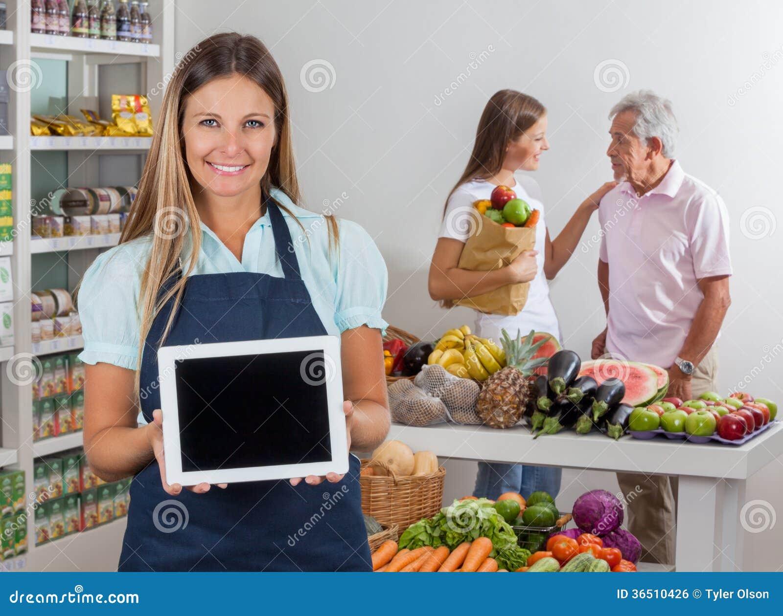 Clients de Displaying Tablet With de vendeuse dedans